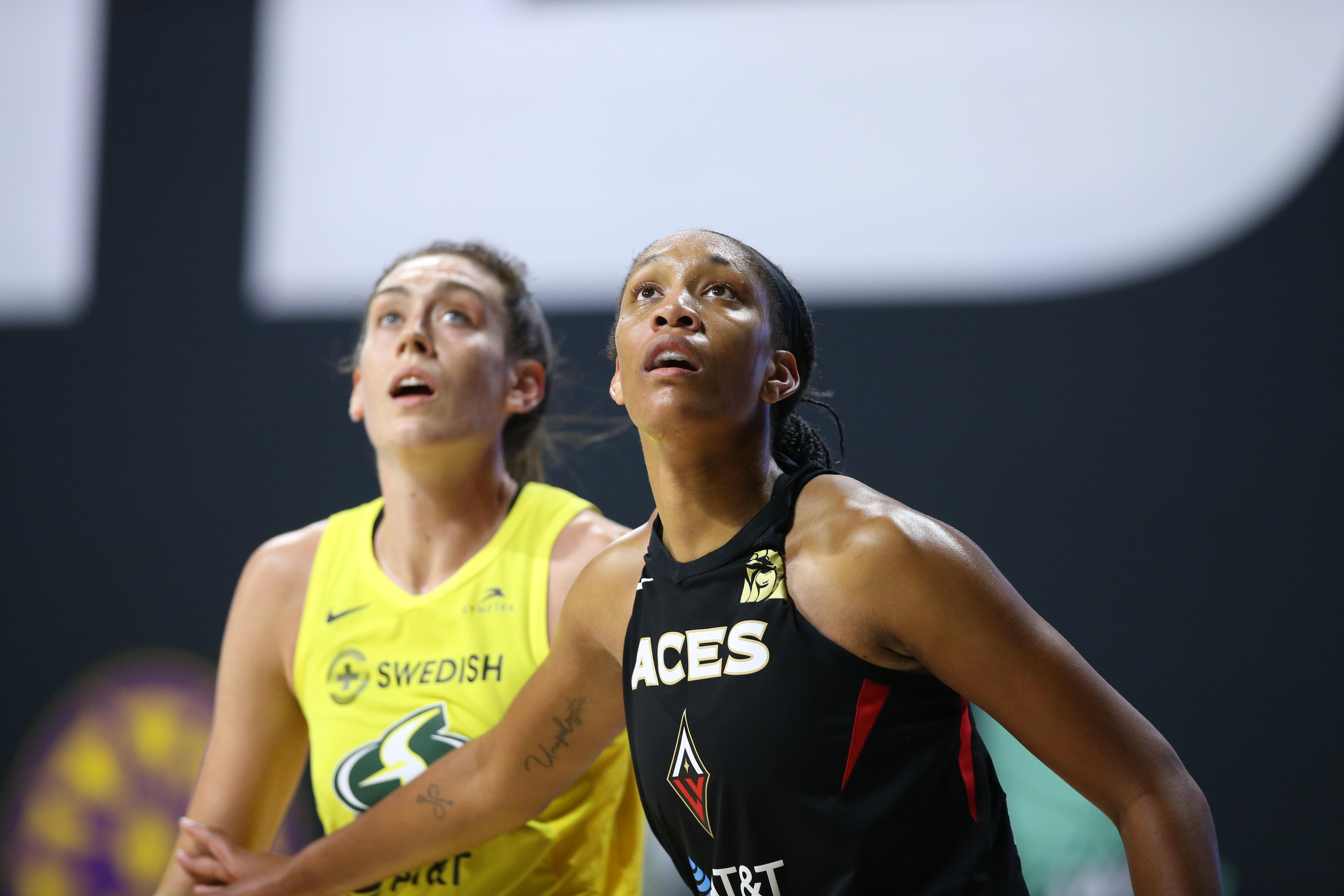 2020年10月6日,在佛罗里达州棕榈城的菲尔德娱乐中心,西雅图风暴队30号球员布里安娜·斯图尔特和拉斯维加斯王牌队22号球员A 'ja Wilson在WNBA总决赛第三场比赛中寻找球。