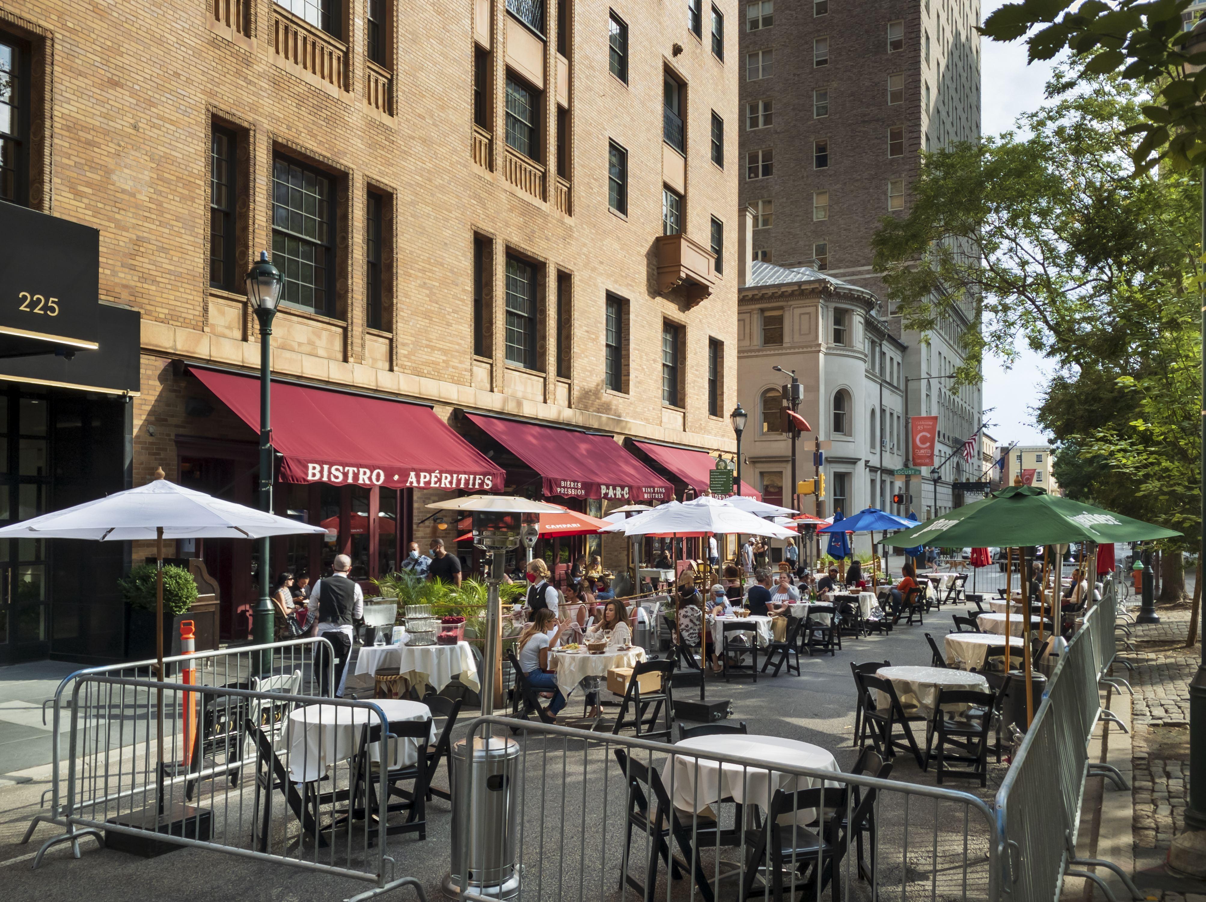 第18街在Covid 19 Pandemer,红色遮阳篷和室外座位在金属障碍,Rittenhouse广场,费城,宾夕法尼亚州,美国