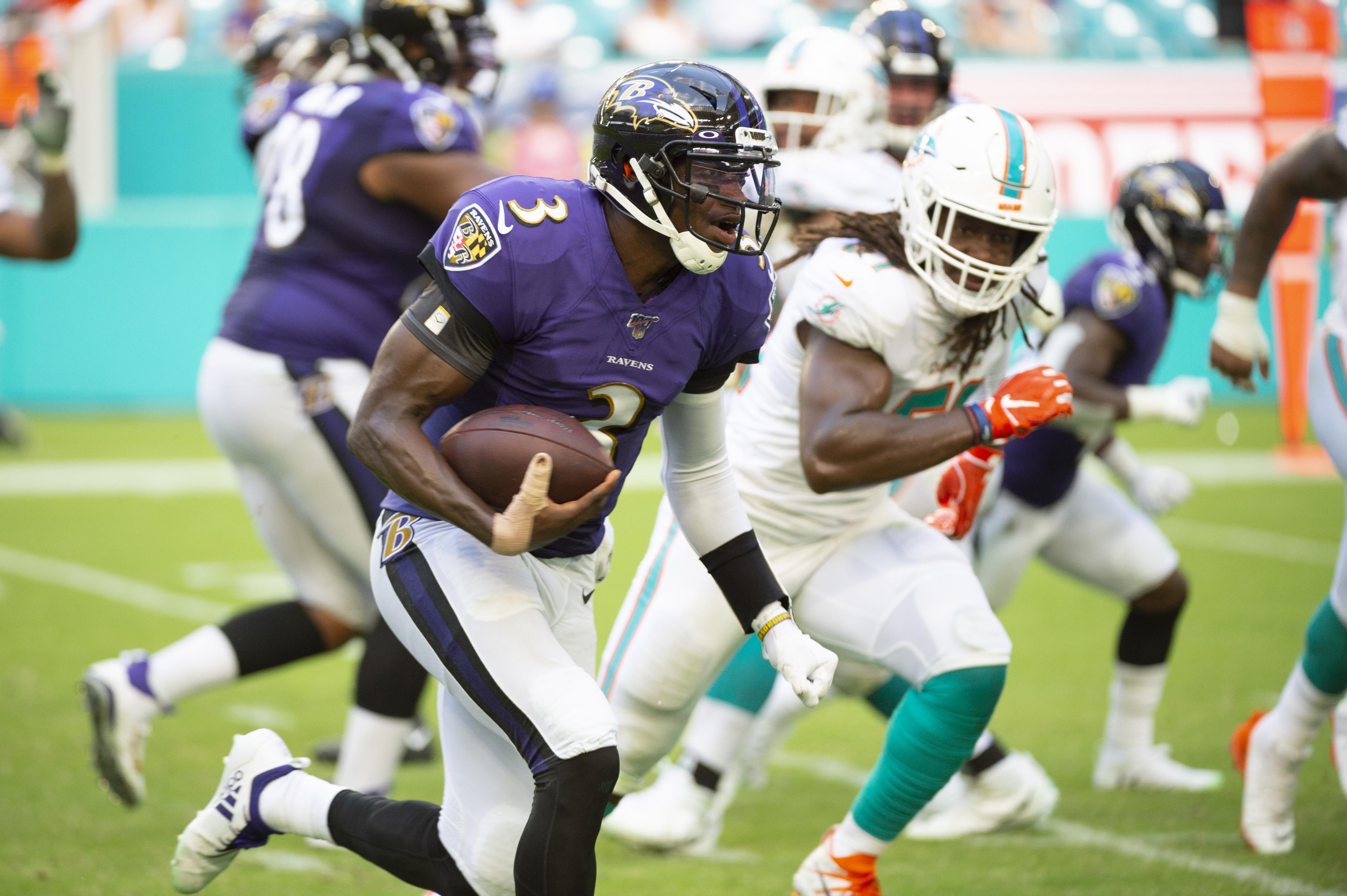 巴尔的摩乌鸦四分卫罗伯特格里芬三世在巴尔的摩乌鸦之间的NFL比赛中与球一起跑,在2019年9月8日的迈阿密花园的硬岩体育场的迈阿密海豚之间。