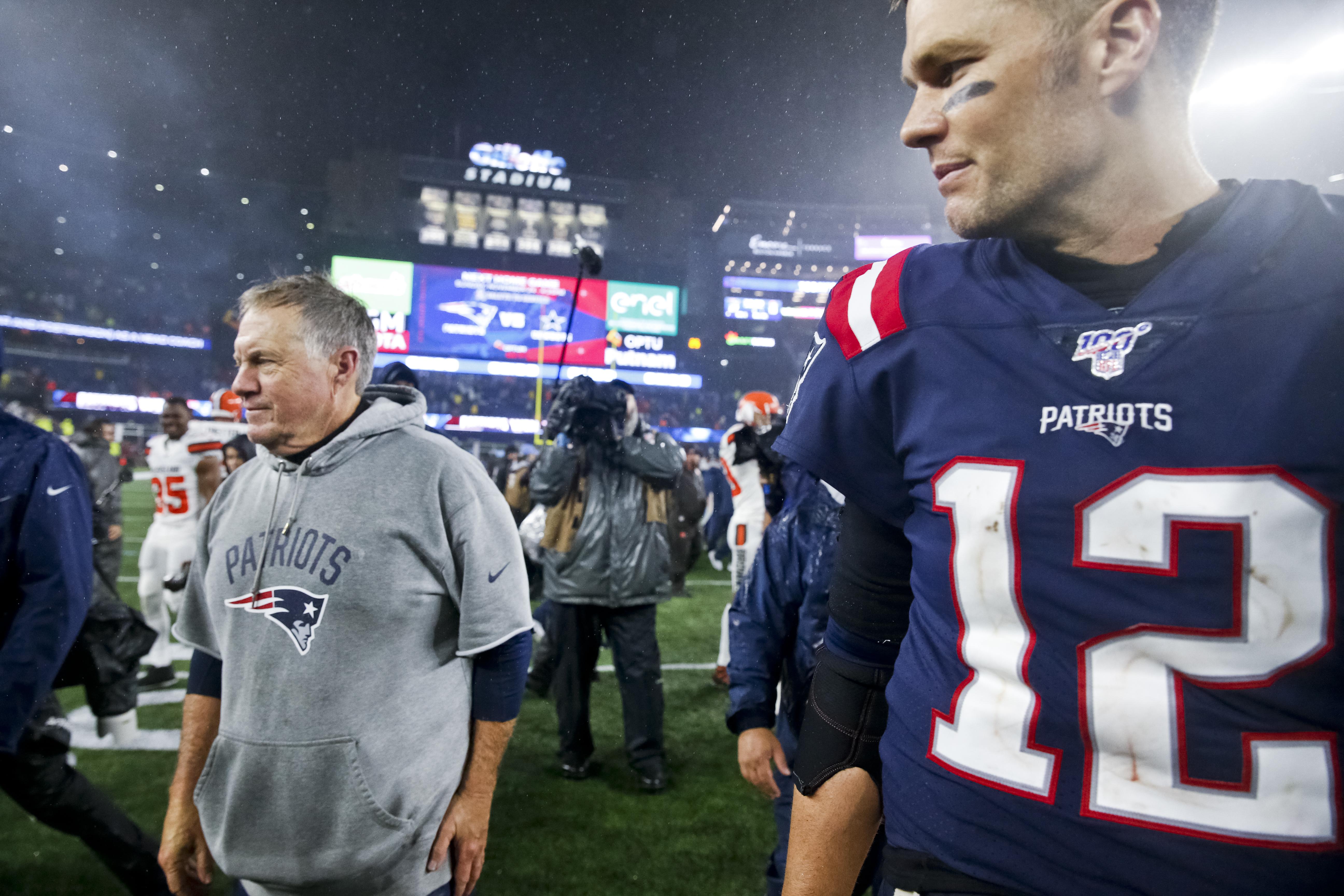 新英格兰爱国者队主教练比尔·贝利奇克(左)和四分卫汤姆·布雷迪在比赛结束后走下了球场。2019年10月27日,美国国家橄榄球联盟(NFL)常规赛在马萨诸塞州福克斯堡吉列体育场举行,新英格兰爱国者队主场迎战克利夫兰布朗队。