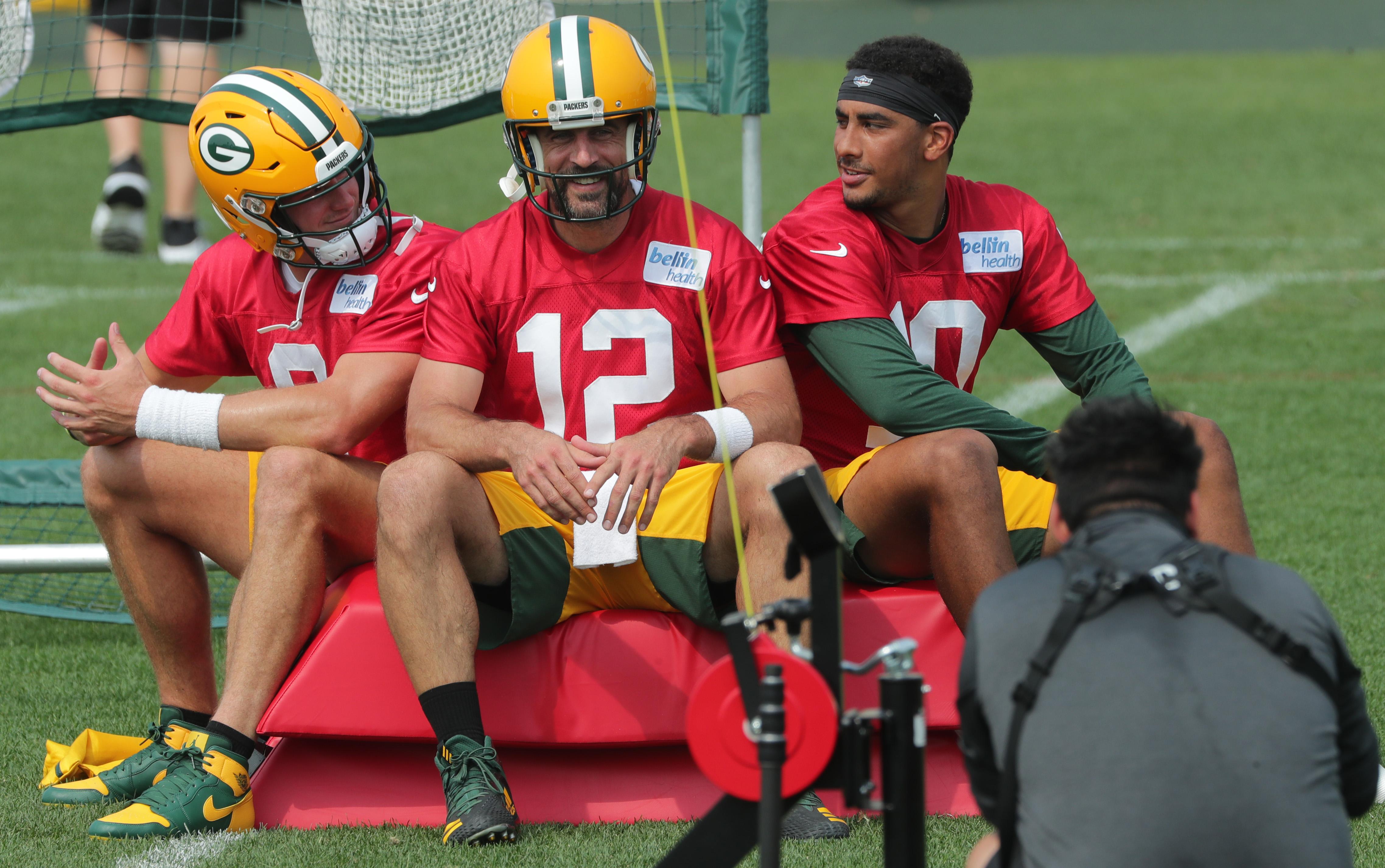 2020年8月24日,绿湾包装工队(Green Bay Packers)四分卫亚伦·罗杰斯(Aaron Rodgers)与后备四分卫蒂姆·博伊尔(Tim Boyle)(左)和乔丹·洛夫(Jordan Love)在威斯康辛州的绿湾训练营。
