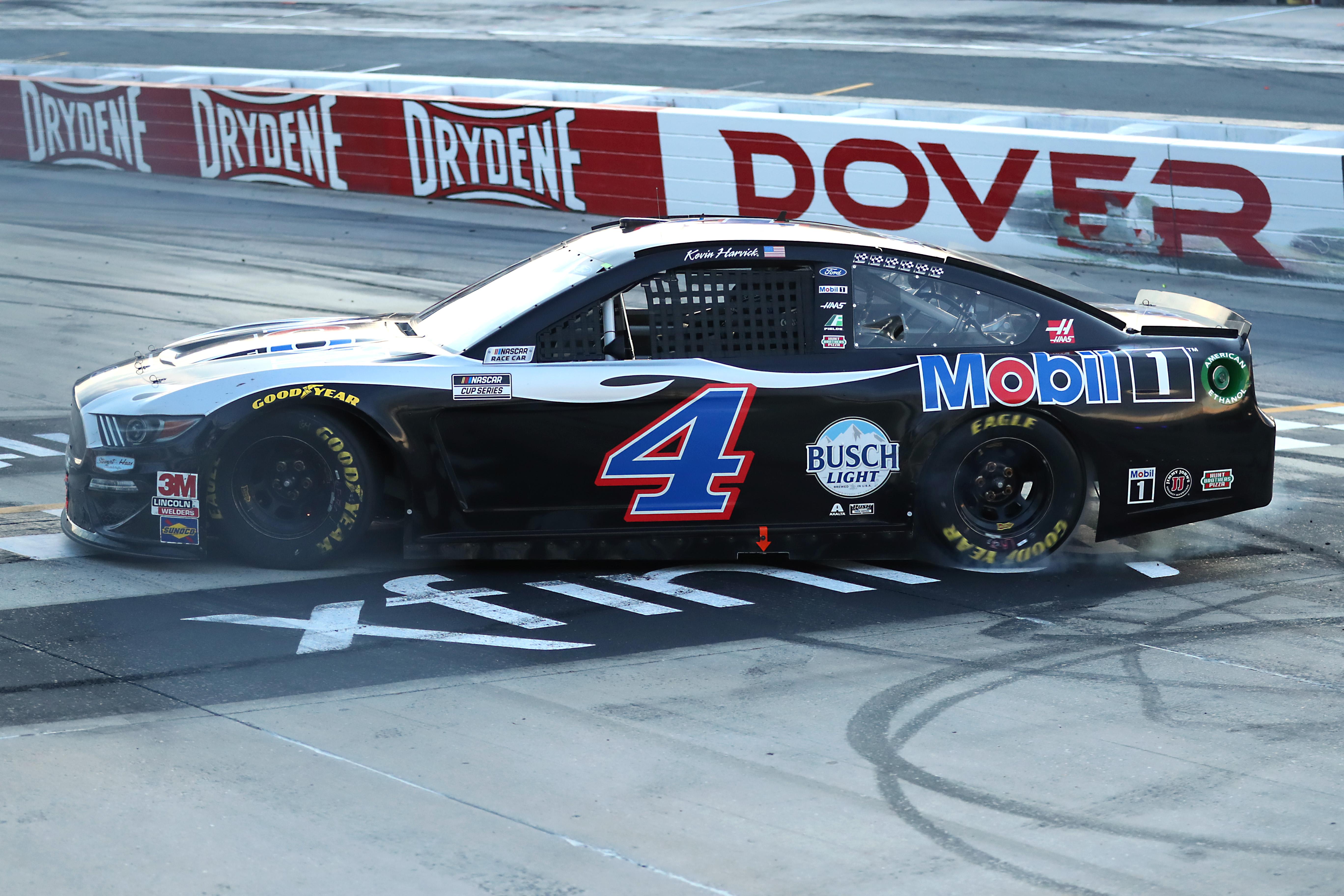 2020年8月23日,在特拉华州多佛的多佛国际赛道上,4号美孚1号福特赛车手凯文·哈维克在赢得纳斯卡杯系列赛Drydene 311后庆祝胜利。乐动体育网站1.0