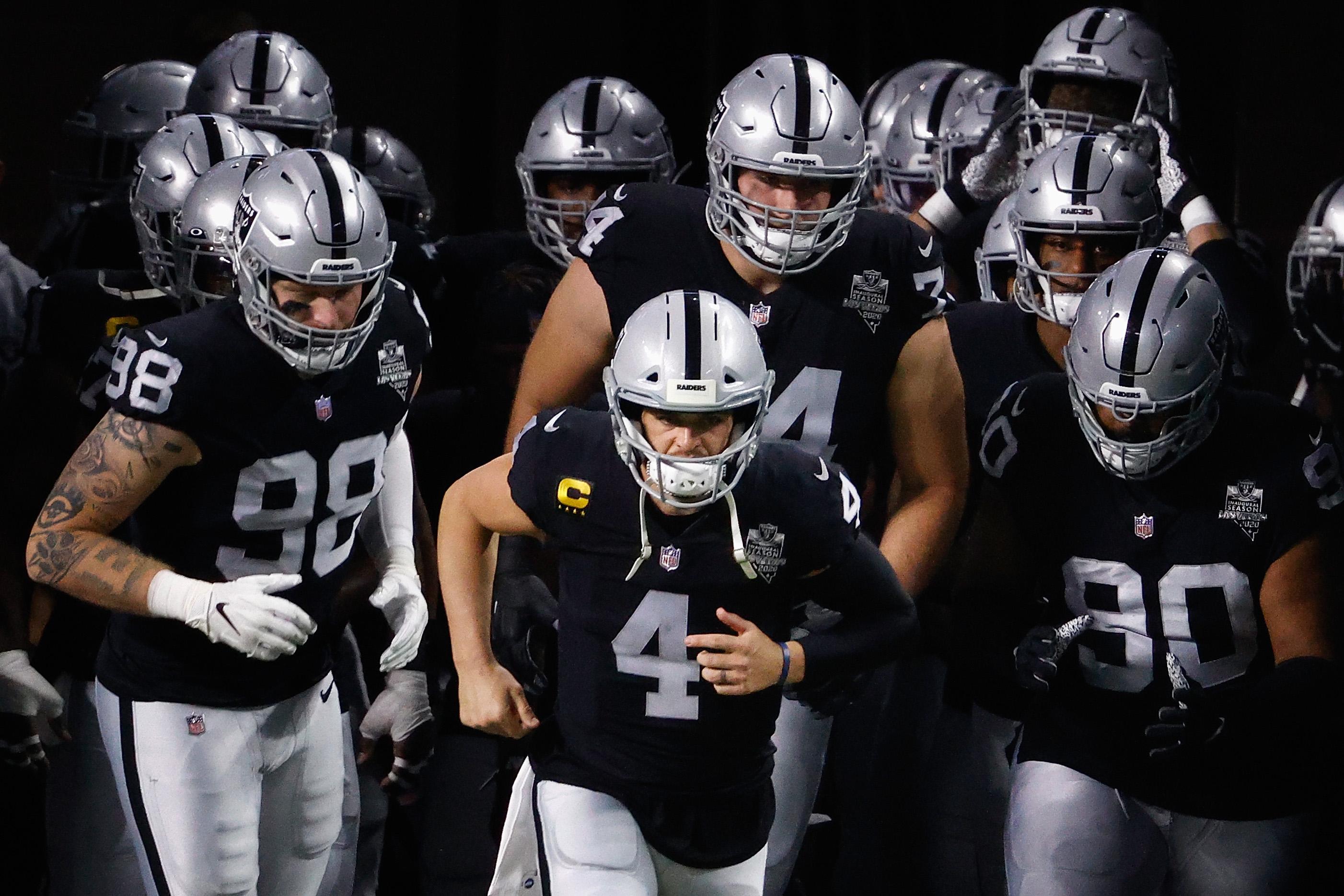 2020年12月17日,在内华达州拉斯维加斯的忠诚体育场,拉斯维加斯突击者队四分卫德里克·卡尔4号带领他的球队在NFL对阵洛杉矶电光队的比赛中上场。电鳗队在加时赛中以30比27击败突击者队。