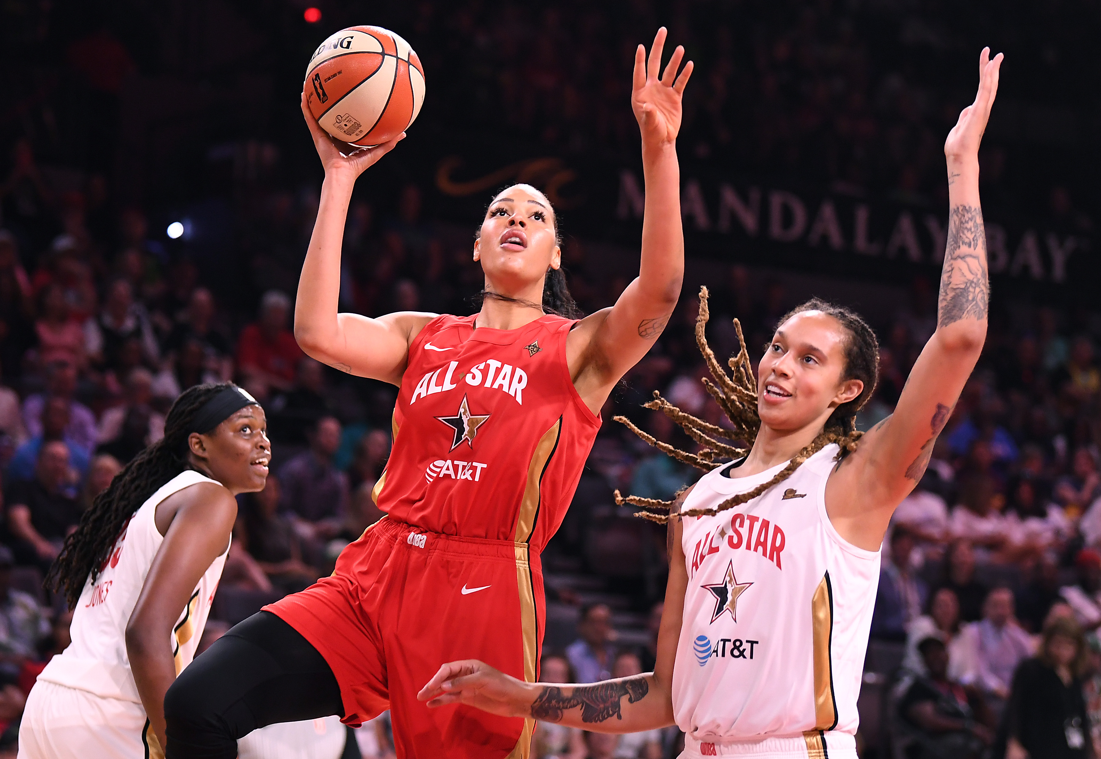 在曼德勒湾活动中心举行的WNBA全明星赛上半场,威尔逊队前锋利兹·坎贝奇(Liz Cambage)在德尔·多恩队前锋布里特尼·格里格(Brittney Griner)的防守内投篮。