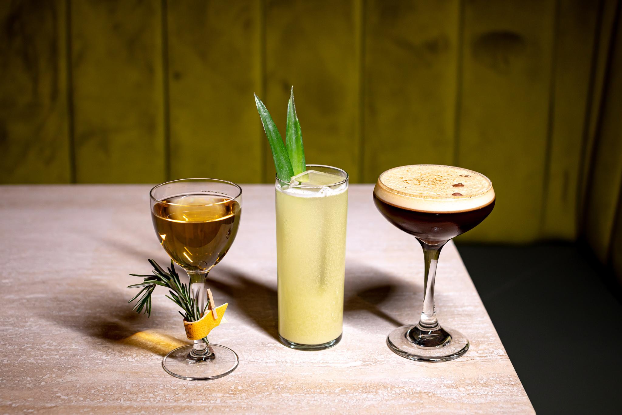 从左到右:闪光灯(Mezcal,Amontillado Sherry,Cinnamon,Grapefruit);金纸币(Aquavit,Yellow Chartreuse,澄清的菠萝);Espresso Martini(伏特加,咖啡利口酒,从咖啡下来的新鲜浓咖啡)
