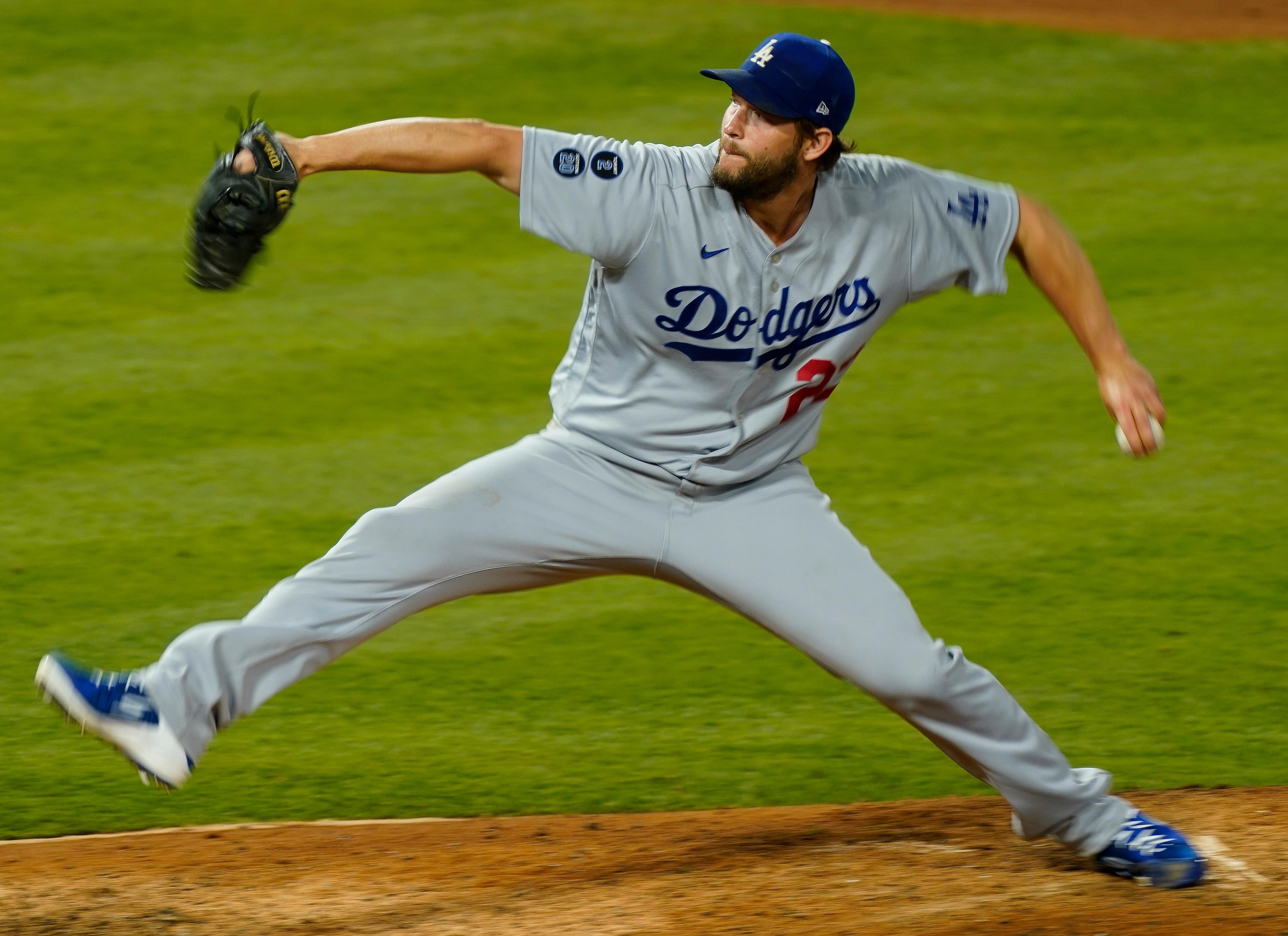 洛杉矶道奇队(Los Angeles Dodgers)的先发投手克莱顿·克肖(Clayton Kershaw)在天使体育场(Angel Stadium)对阵洛杉矶天使队(Los Angeles Angels)的第五局投出一个球。