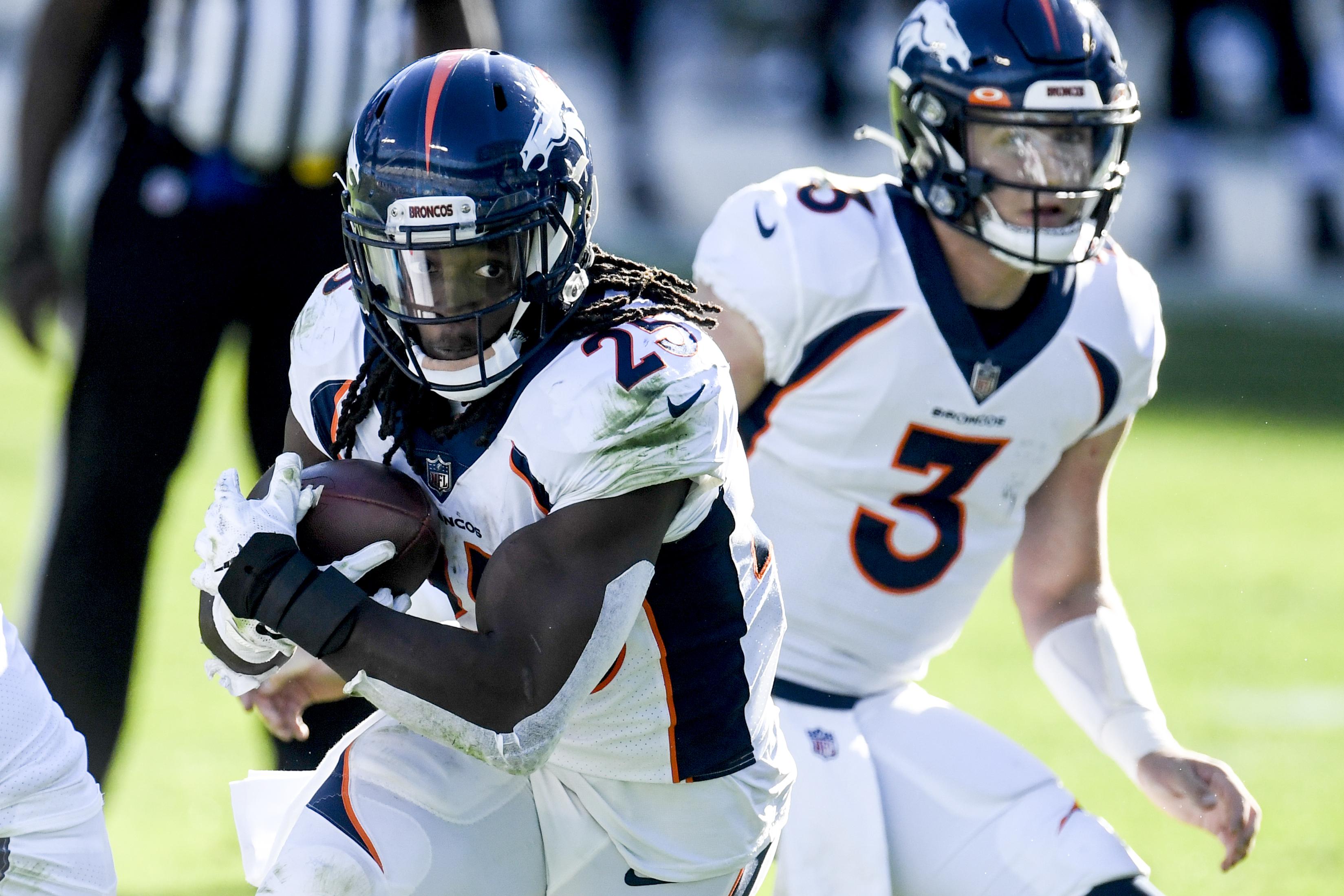 2020年12月13日周日,美国银行体育场,丹佛野马队(Denver Broncos)的梅尔文·戈登三世(Melvin Gordon III, 25岁)接过德鲁·洛克(Drew Lock, 3岁)对卡罗来纳黑豹队的传球。