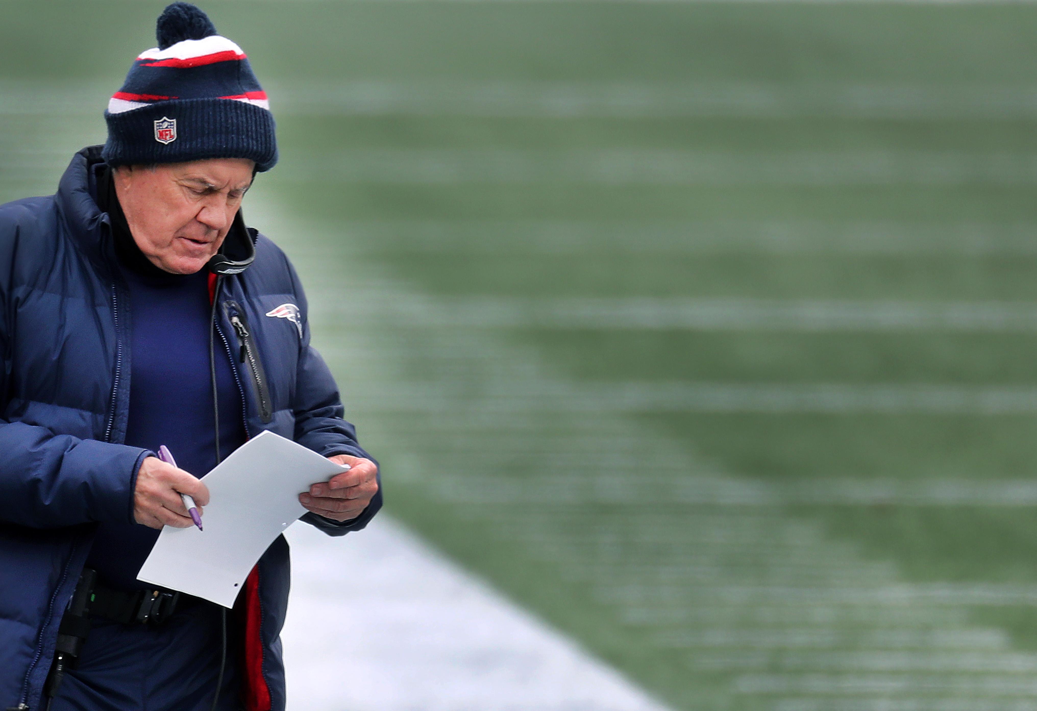 2021年1月3日,新英格兰爱国者队在马萨州福克斯堡吉列体育场与来访的纽约喷气机队进行2020年NFL赛季的最后一场比赛,新英格兰爱国者队主教练比尔·贝利奇克在场边。