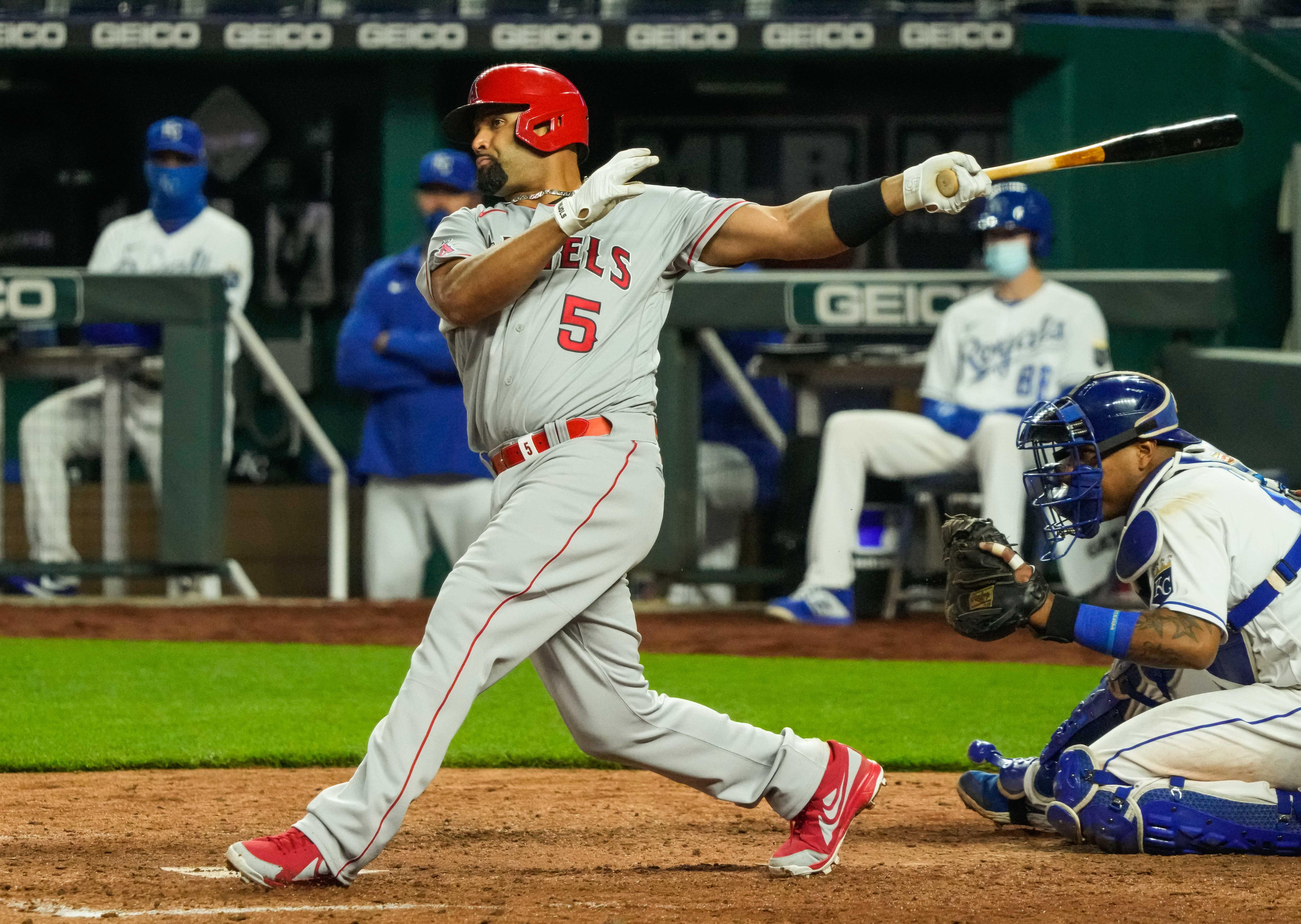 洛杉矶天使队一垒手Albert Pujols(5)在考夫曼体育场第八局对堪萨斯皇家队击出一垒安打。
