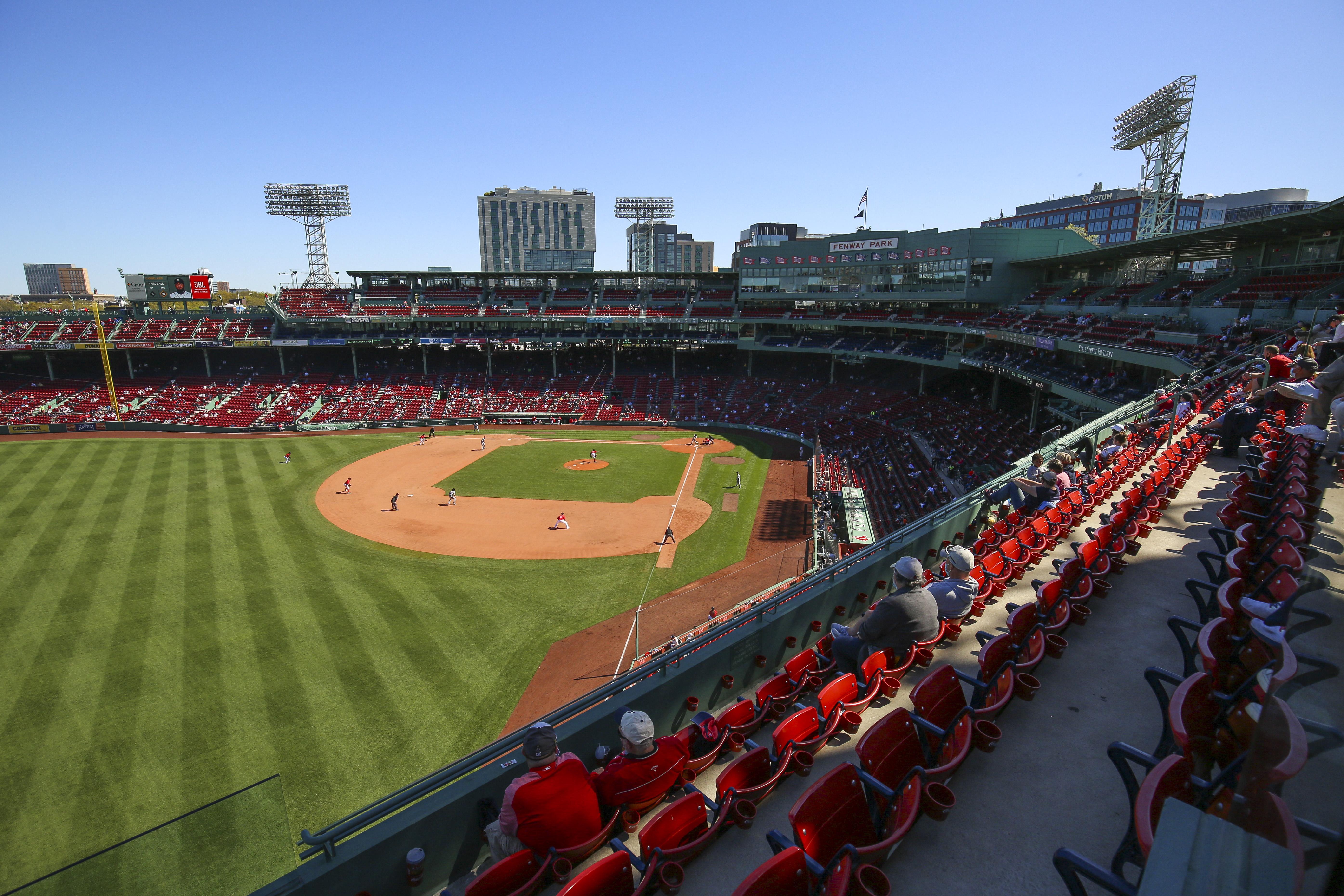 2021年5月6日,马萨诸塞州波士顿芬威球场,球迷们在观看波士顿红袜队和底特律老虎队的比赛。