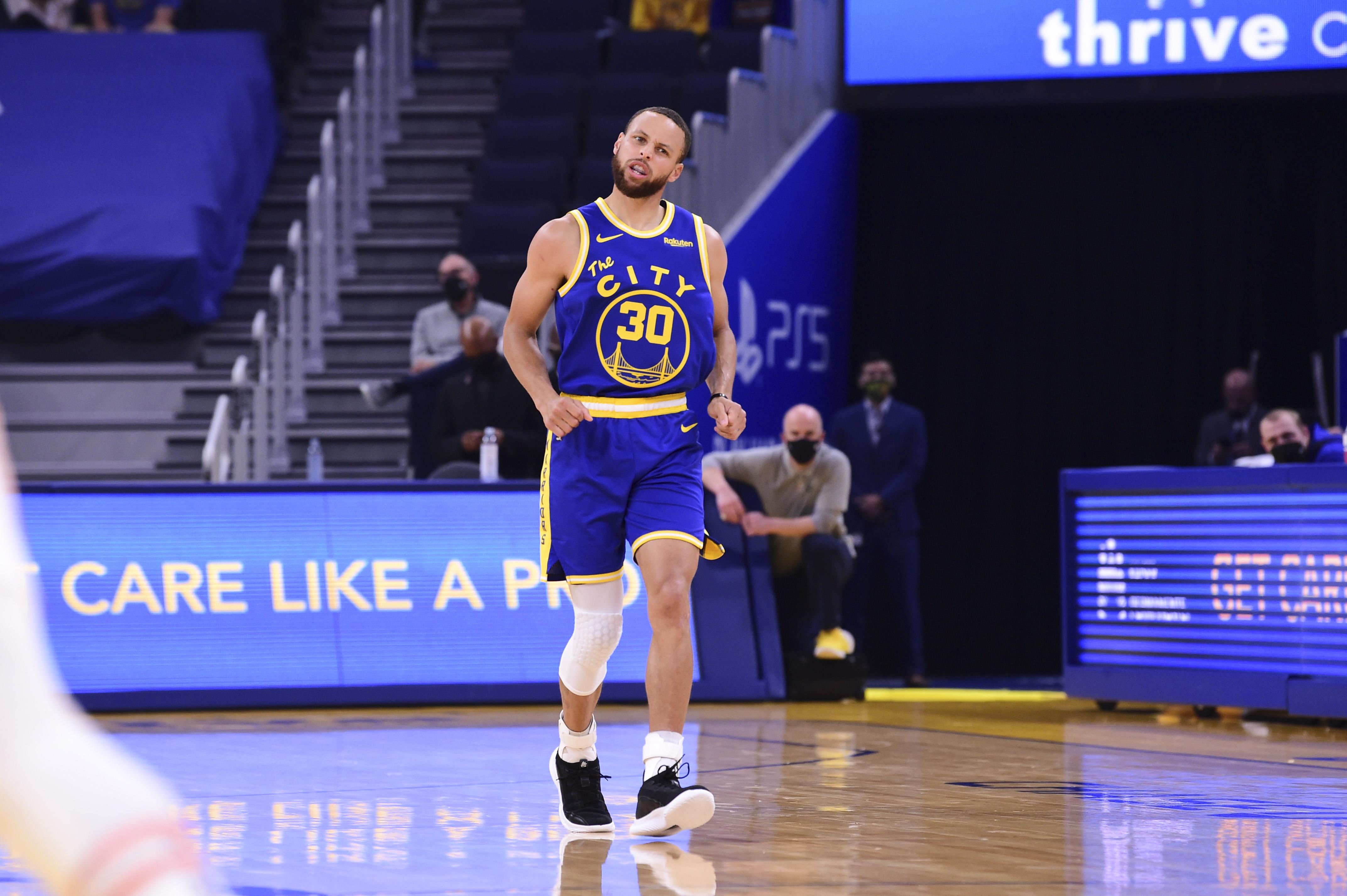 2021年5月11日,在加州旧金山大通中心,金州勇士队的斯蒂芬·库里在与菲尼克斯太阳队的比赛中回应他的三分球。