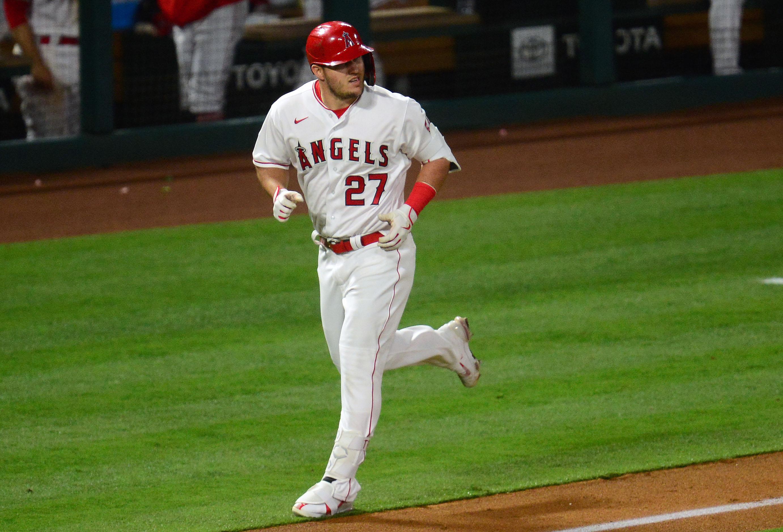 洛杉矶天使队(Los Angeles Angels)的中野手麦克·特劳特(Mike Trout)在天使体育场(Angel Stadium)第六局对坦帕湾光芒队(Tampa Bay Rays)击出一支单打本垒打后,绕垒跑垒。