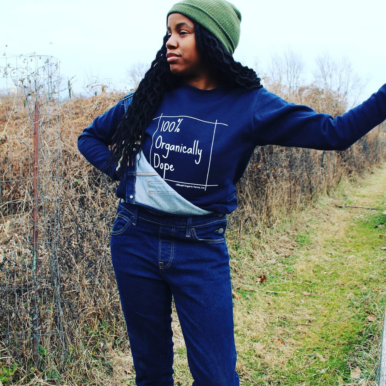 Farmerjawn的Christa Barfield在Elkins Park的一个领域穿着100%有机涂抹运动衫