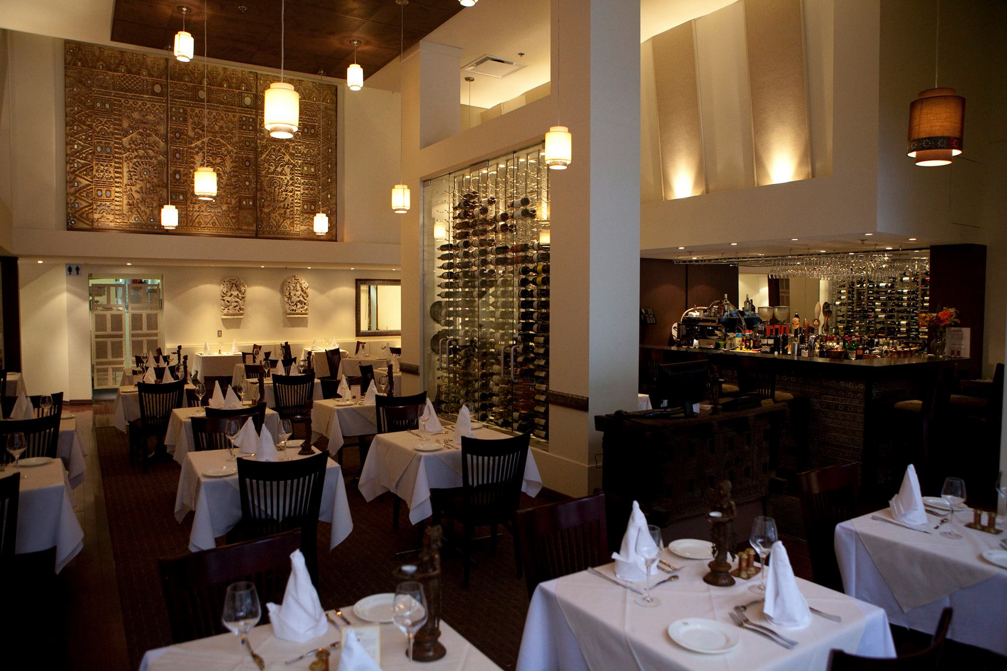 有白色桌布的空的餐馆