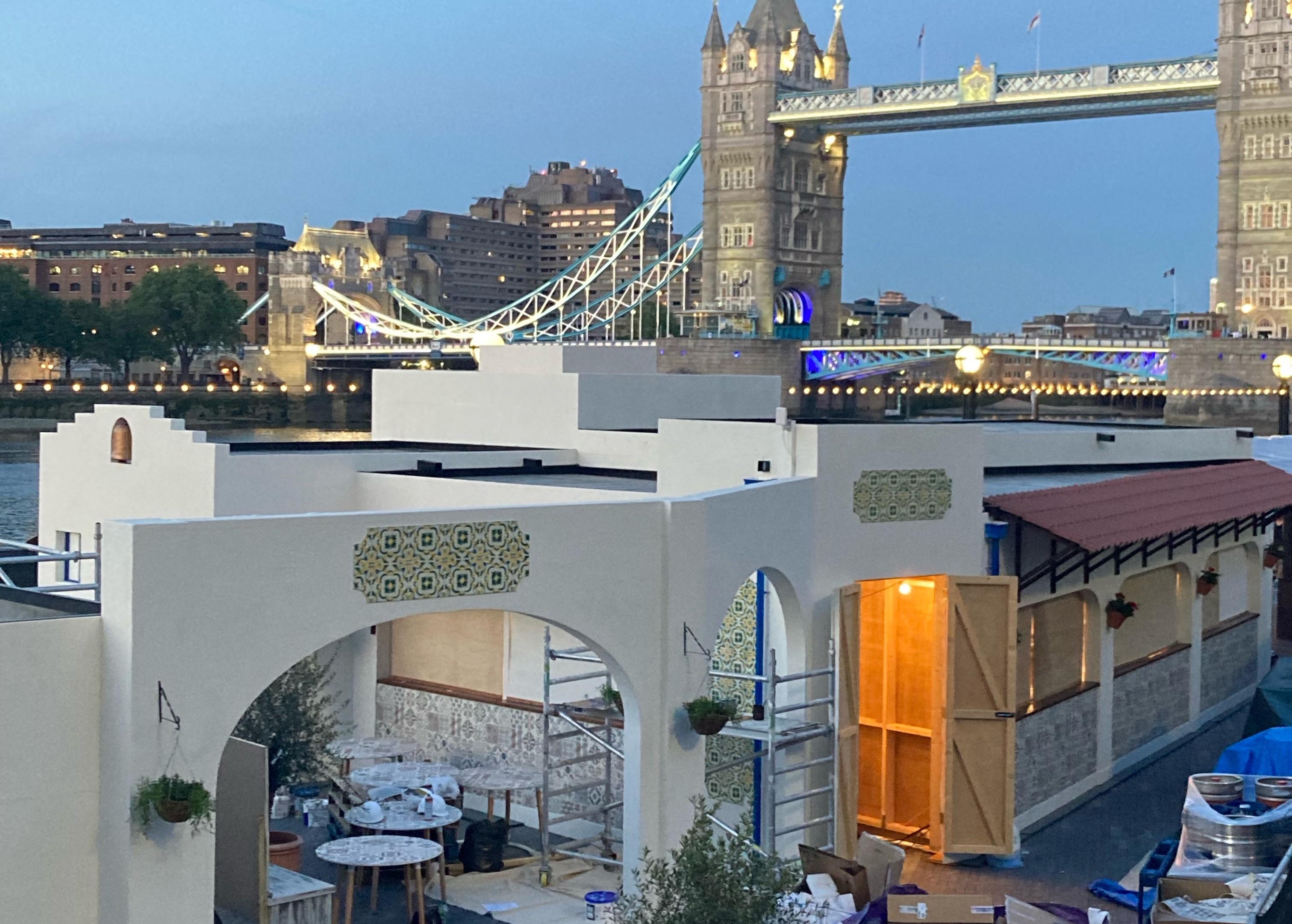 由泰晤士河的希腊风格的taverna弹出中间建立,塔桥在背景中