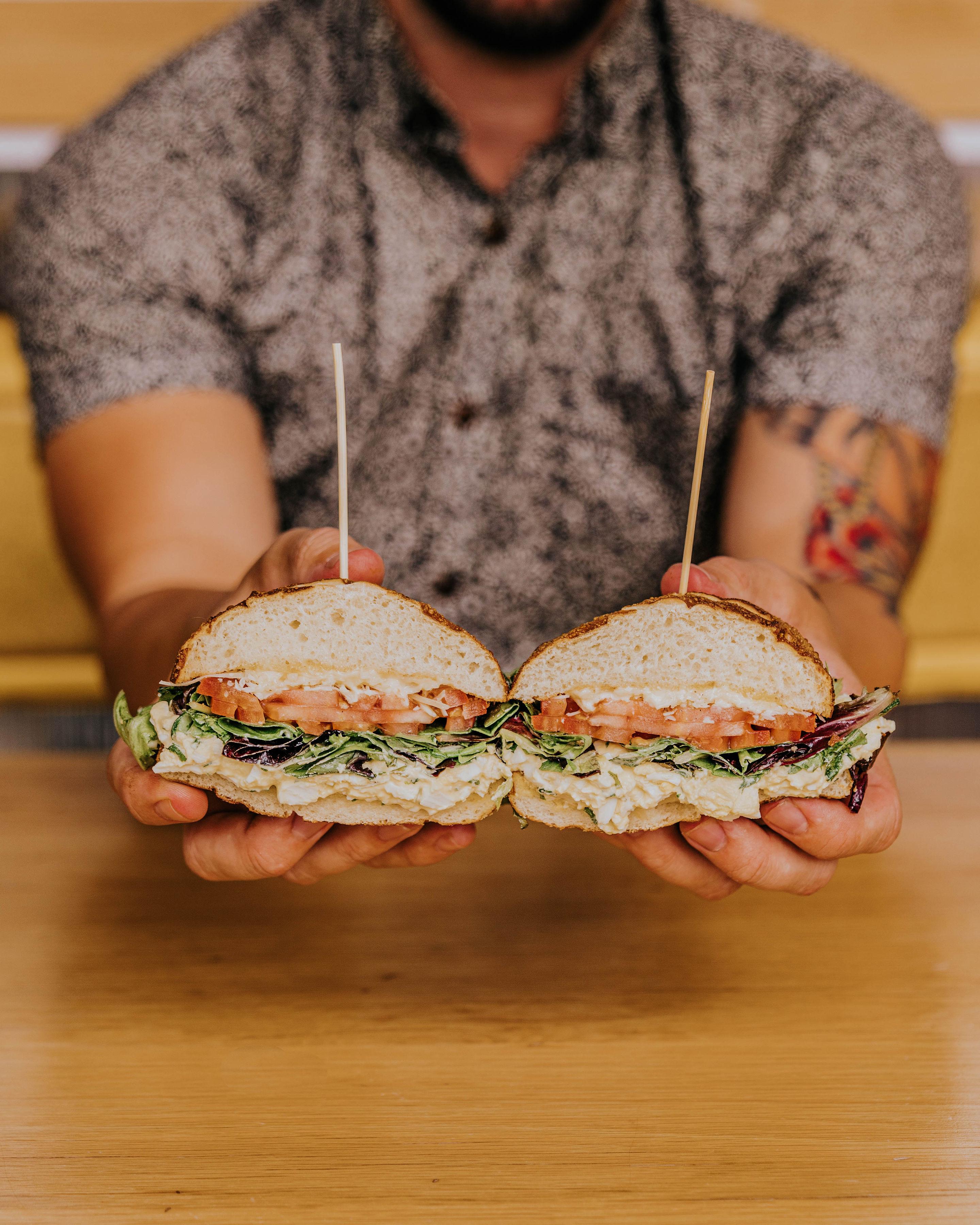 当地食品店的松露蛋三明治