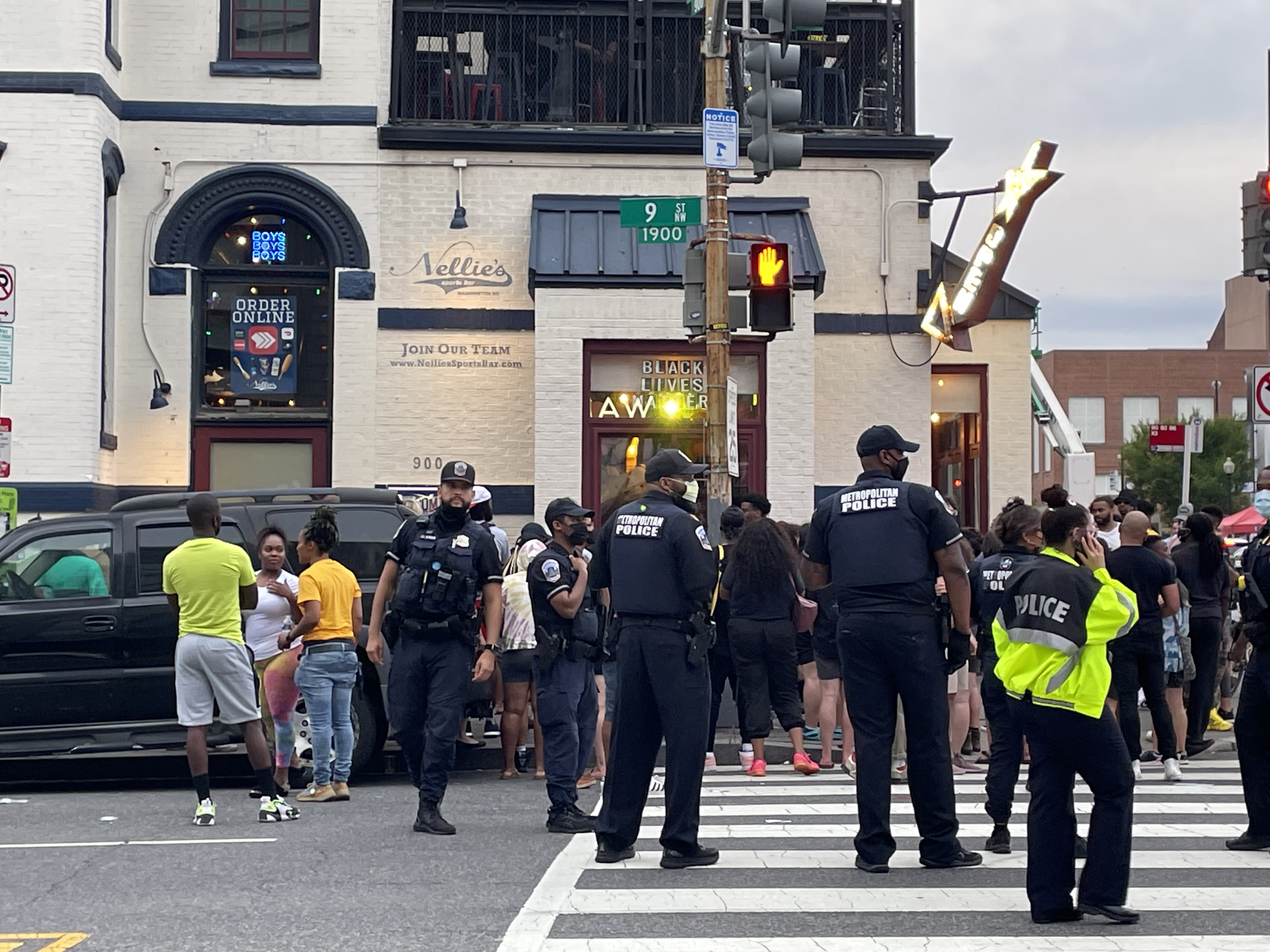 奈莉体育酒吧外的抗议者,从街对面可以看到