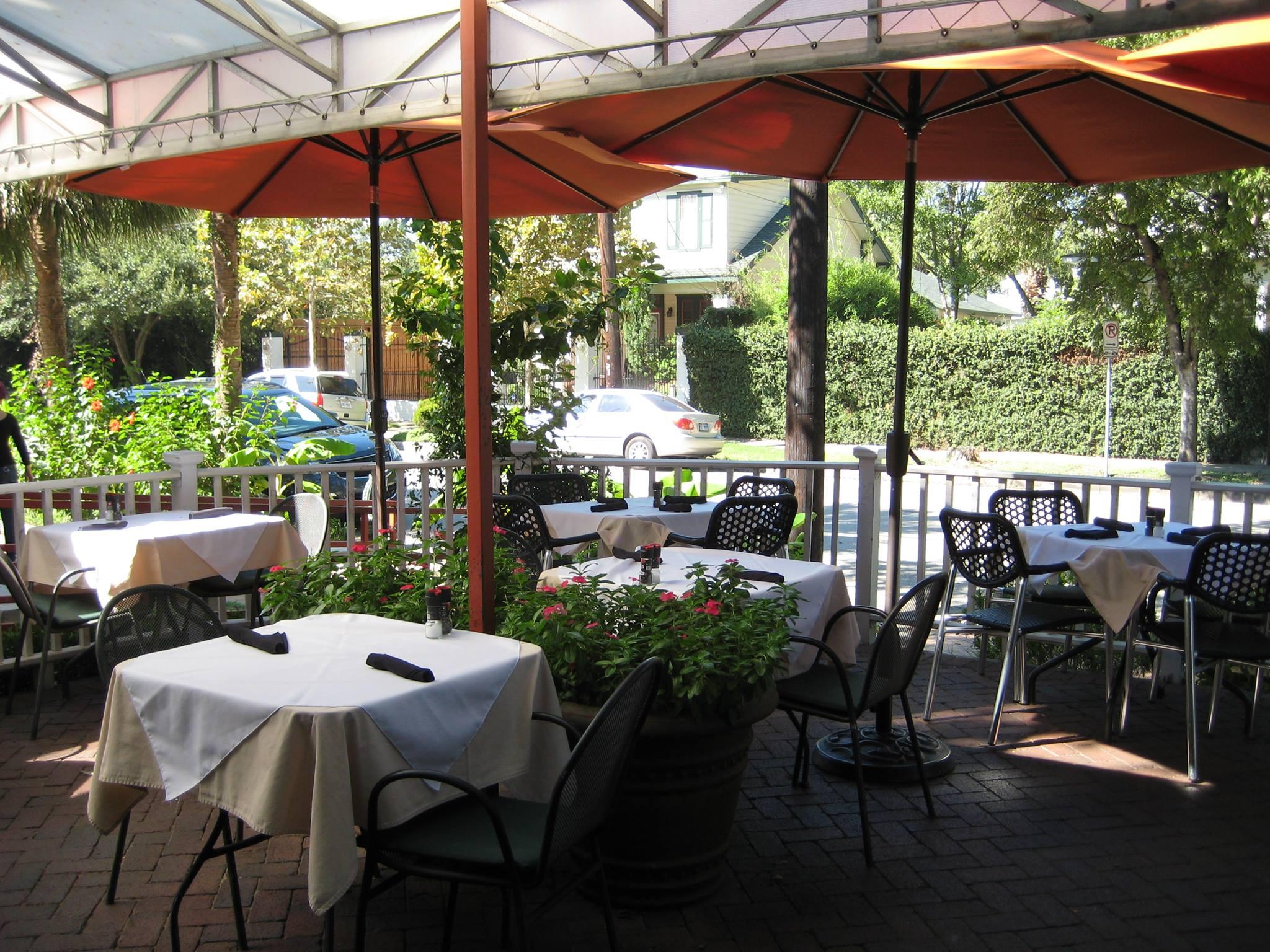 外景拍摄的是一个阴凉的,伞状的露台,桌子上覆盖着白布
