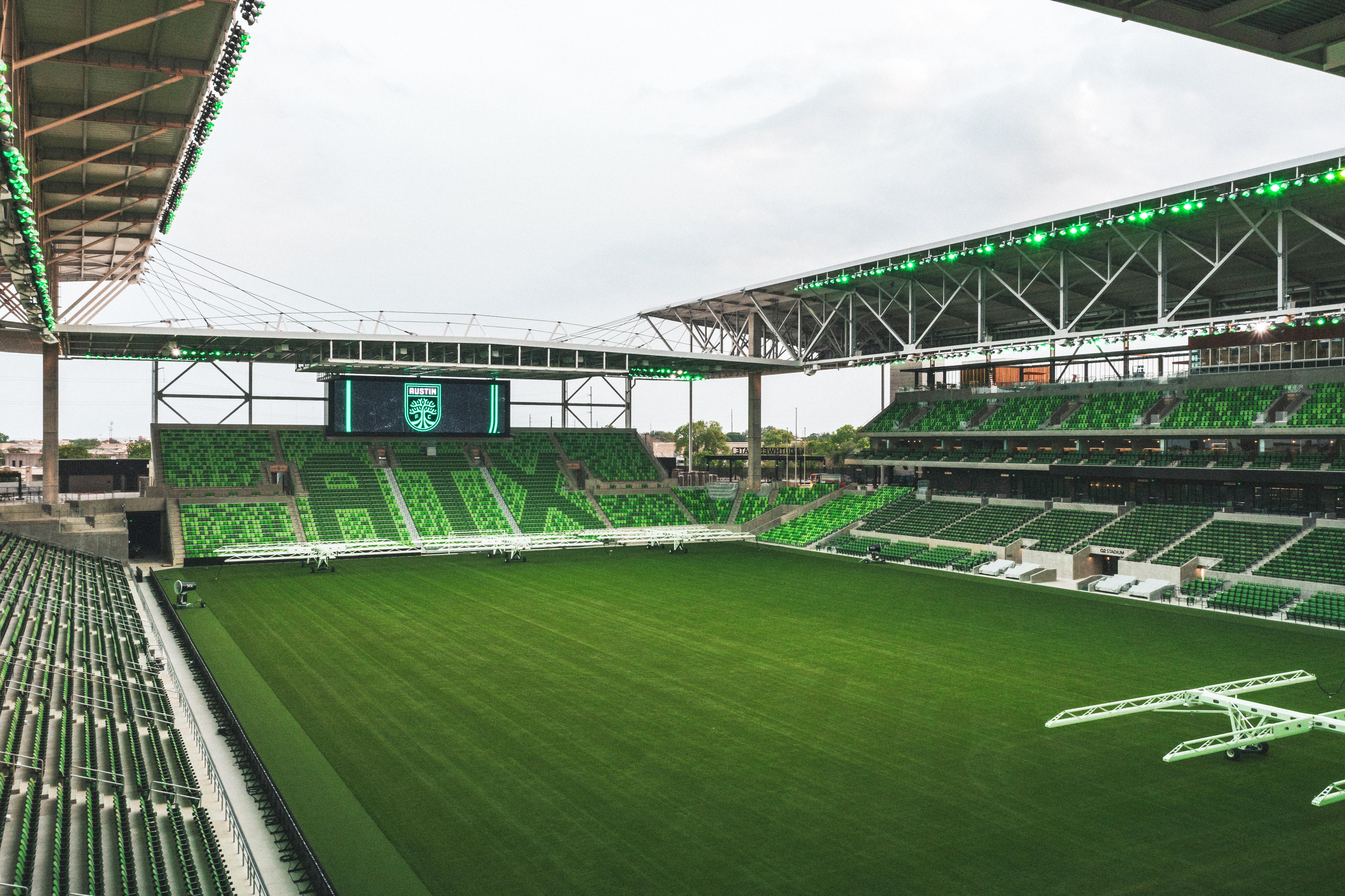 """绿色的足球场,绿色的体育场座位,包括""""ATX""""的部分"""