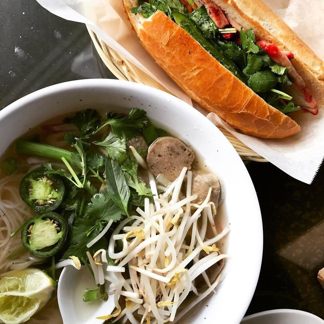 这是一碗越南粉和越南三明治的头顶镜头