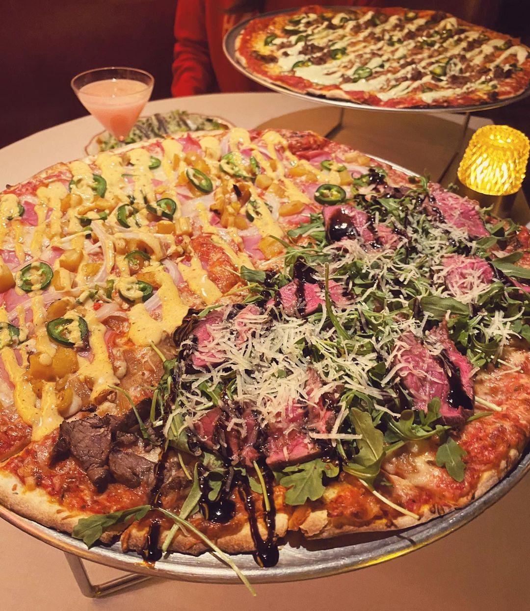 两个薄皮披萨放在桌子上