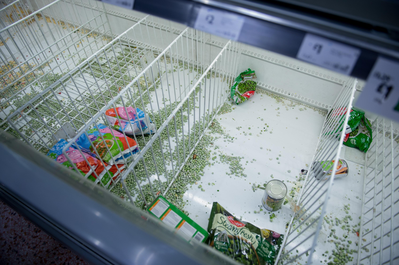 英国一家超市的空冰箱区,由Covid-19引发