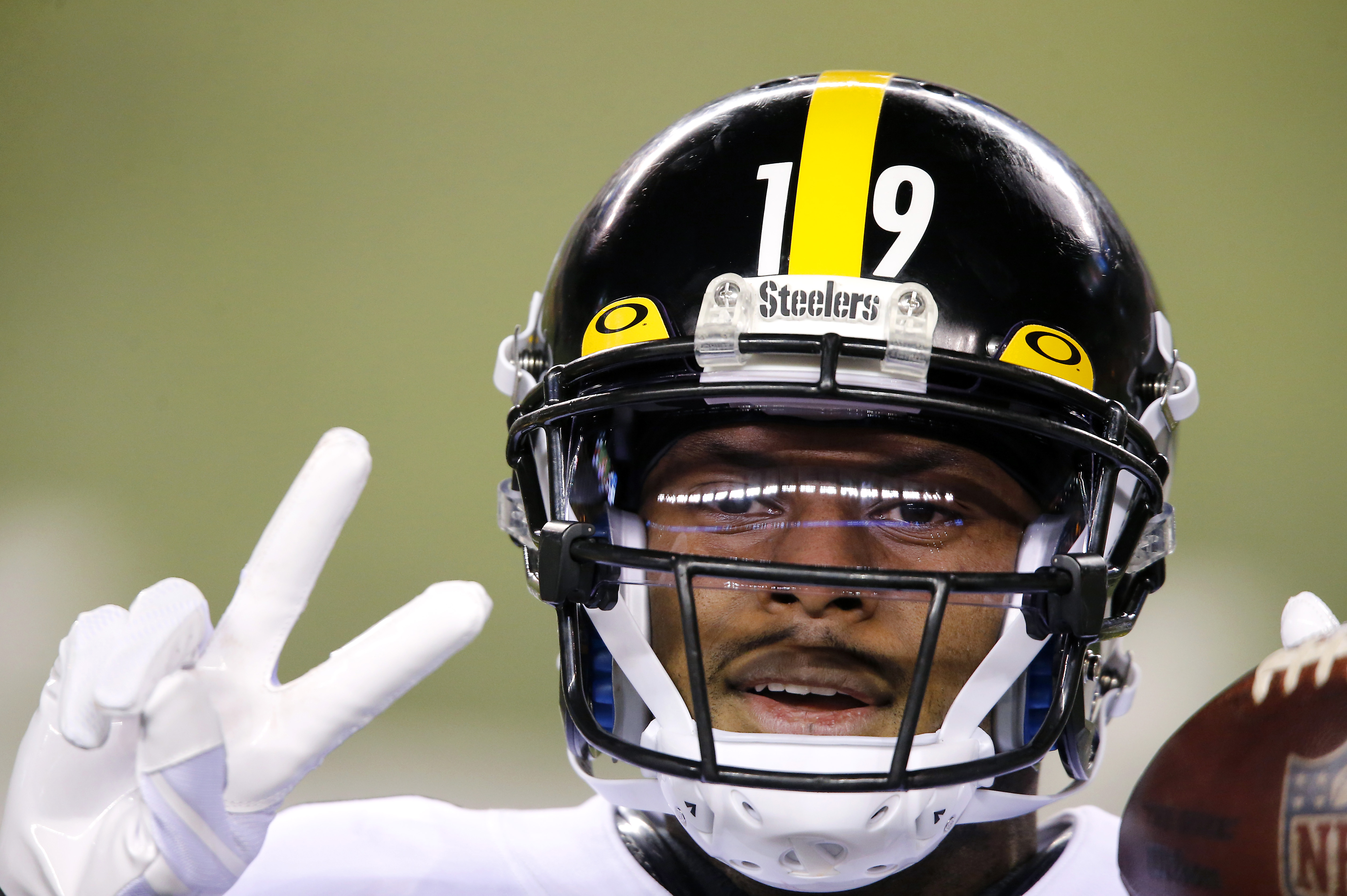 Pittsburgh Steelers wide receiver JuJu Smith-Schuster (19) warms up before the game against the Cincinnati Bengals at Paul Brown Stadium.