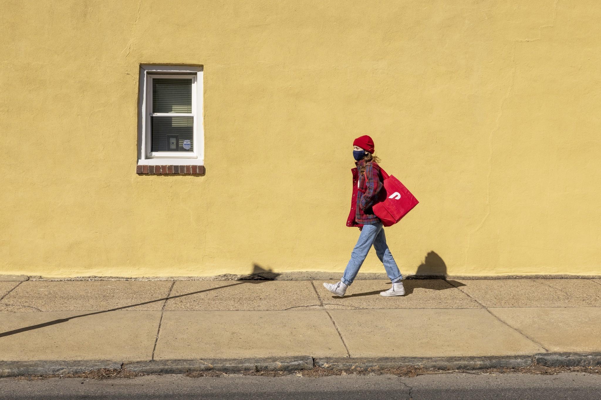 DoorDash快递员在走路