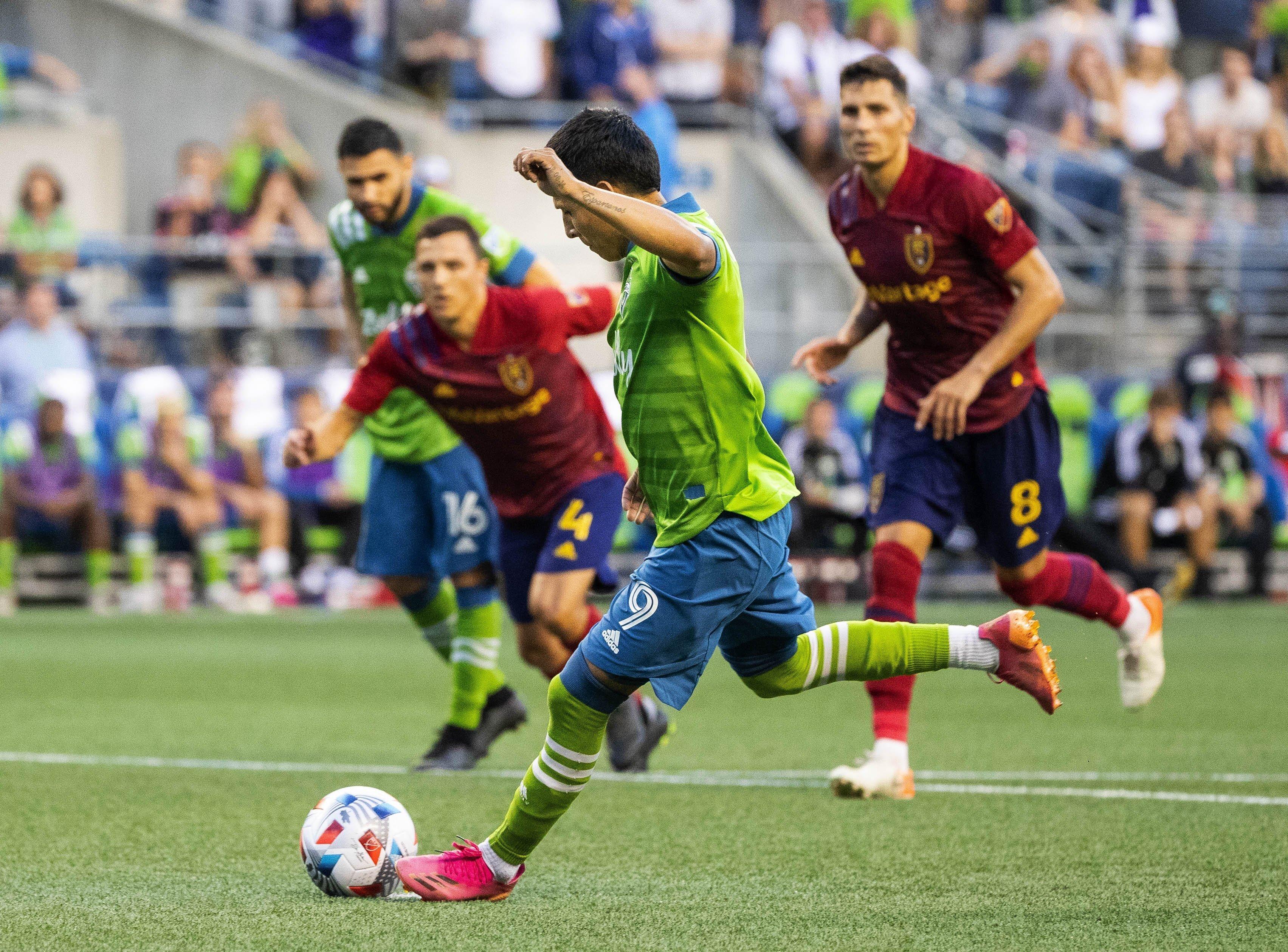 Seattle Sounders Raul Ruidiaz kicks the game-winning goal