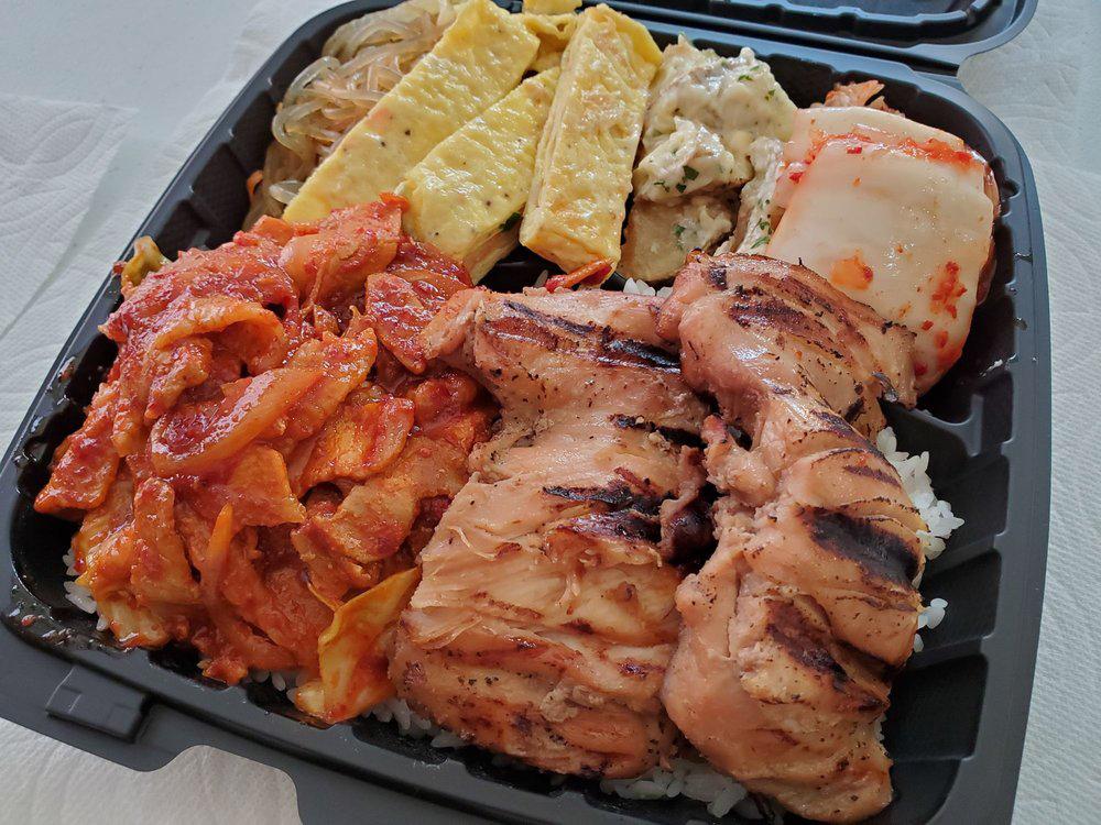 烧烤鸡,辣五花肉和卷煎蛋卷,在河马烧烤韩国烧烤外卖餐厅。