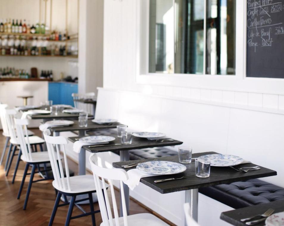 西雅图巴托(Bateau)的空餐厅,右边是一块黑板,背景是一间酒吧