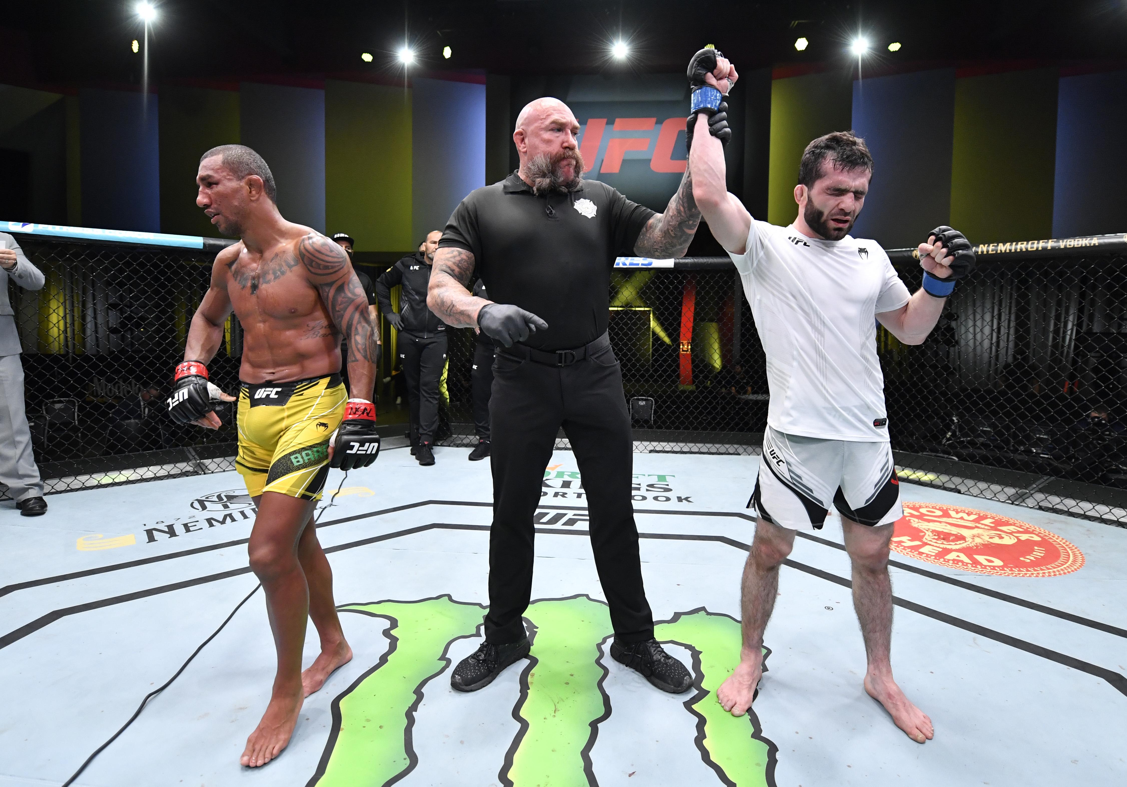 Raoni Barcelos dropped a majority decisision loss do Timur Valiev at UFC Vegas 30.