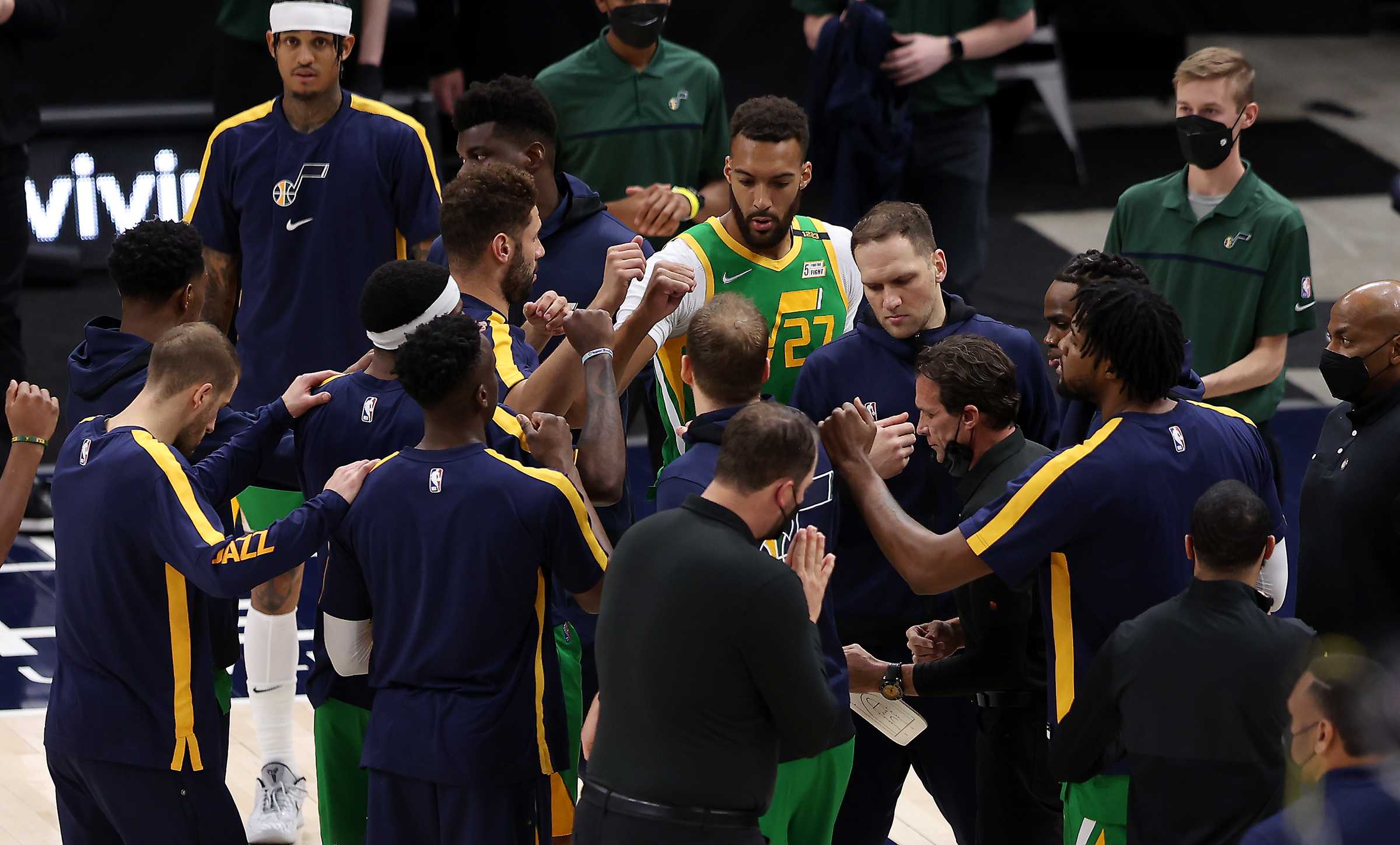 Utah Jazz head coach Quin Snyder talks with his team in a huddle