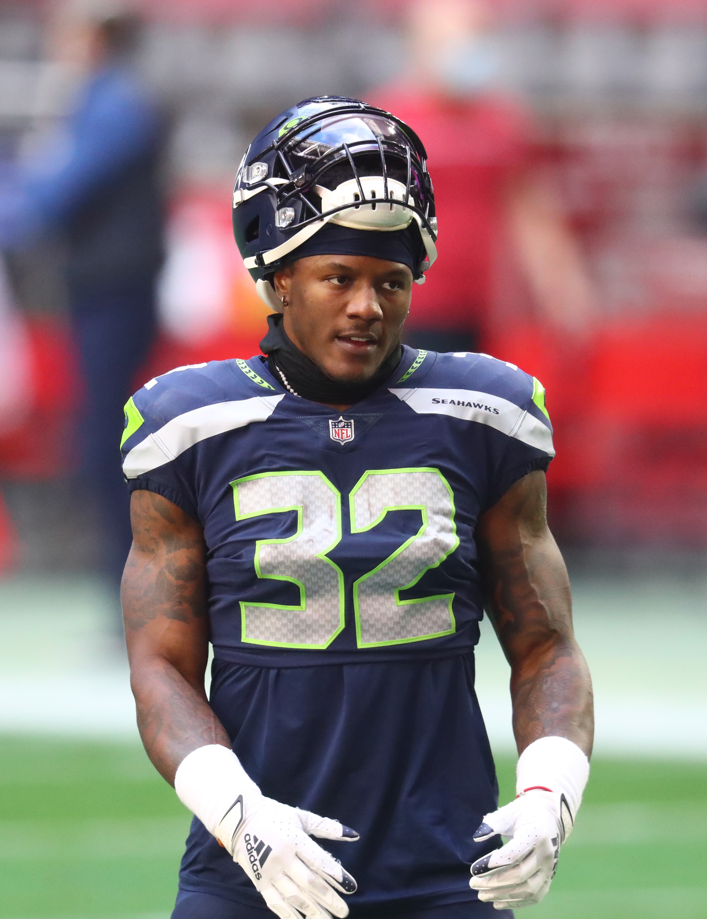 Seattle Seahawks running back Chris Carson (32) against the San Francisco 49ers at State Farm Stadium.
