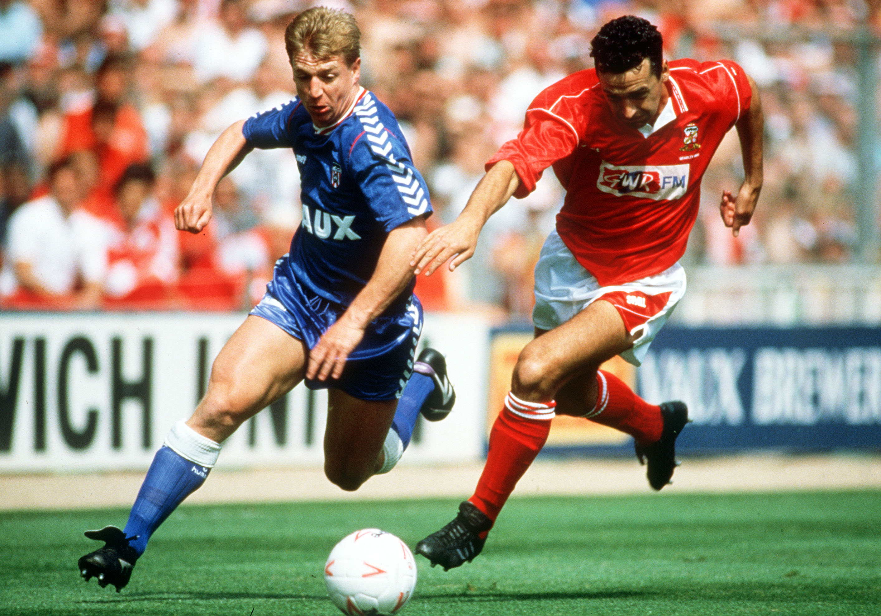 Sport. Football. pic: 28th May 1990. Division 2 Play-off Final at Wembley. Swindon Town 1. v Sunderland 0. Sunderland's Marco Gabbiadini, left, races for the ball with Swindon Town's Colin Calderwood.