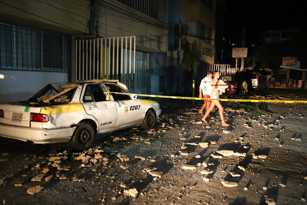 A couple after a strong earthquake in Acapulco, Mexico.