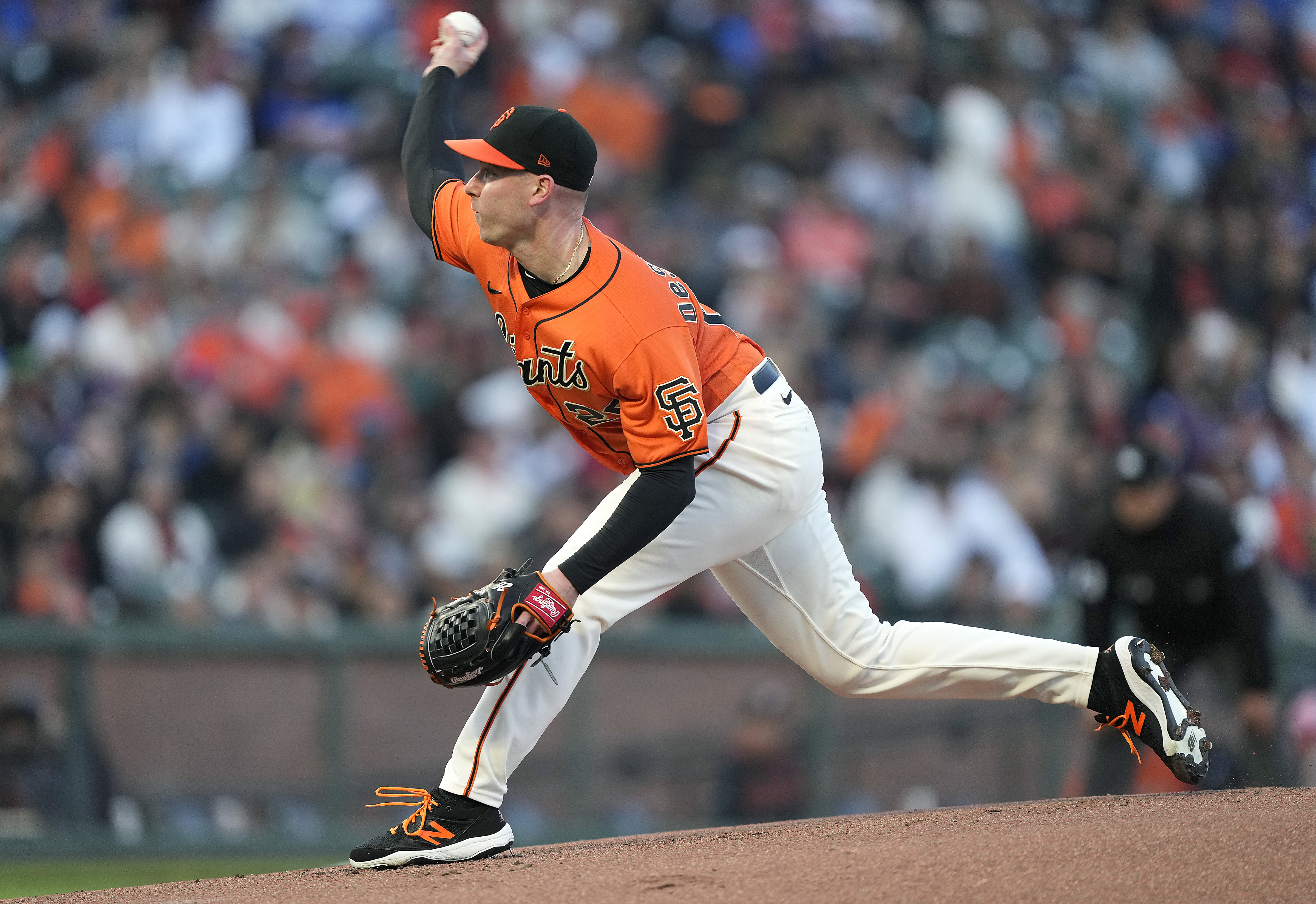 Anthony DeSclafani #26 of the San Francisco Giants pitches against the Los Angeles Dodgers in the top of the first inning at Oracle Park on September 03, 2021 in San Francisco, California.