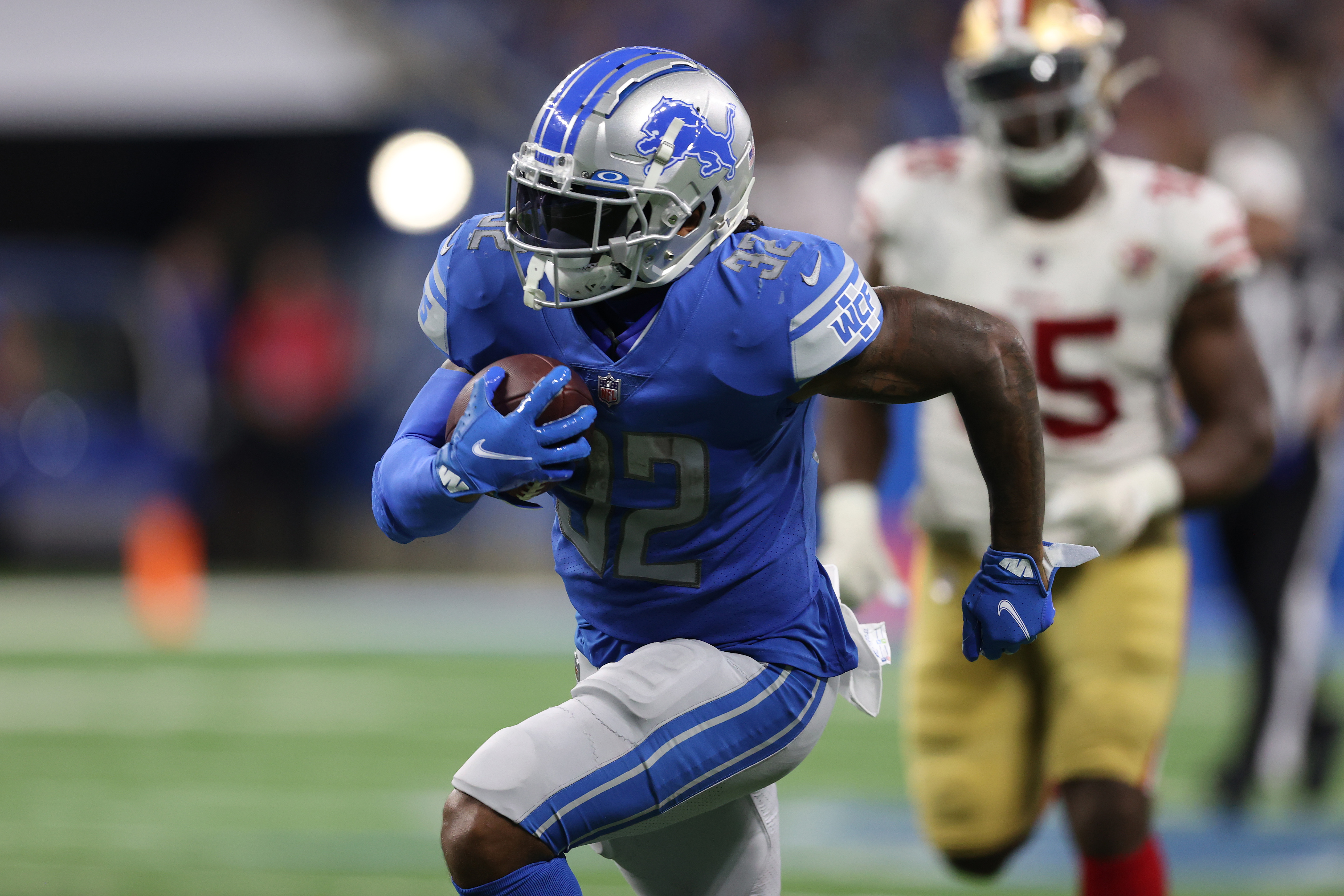 D'Andre Swift #32 of the Detroit Lions plays against the San Francisco 49ers at Ford Field on September 12, 2021 in Detroit, Michigan.