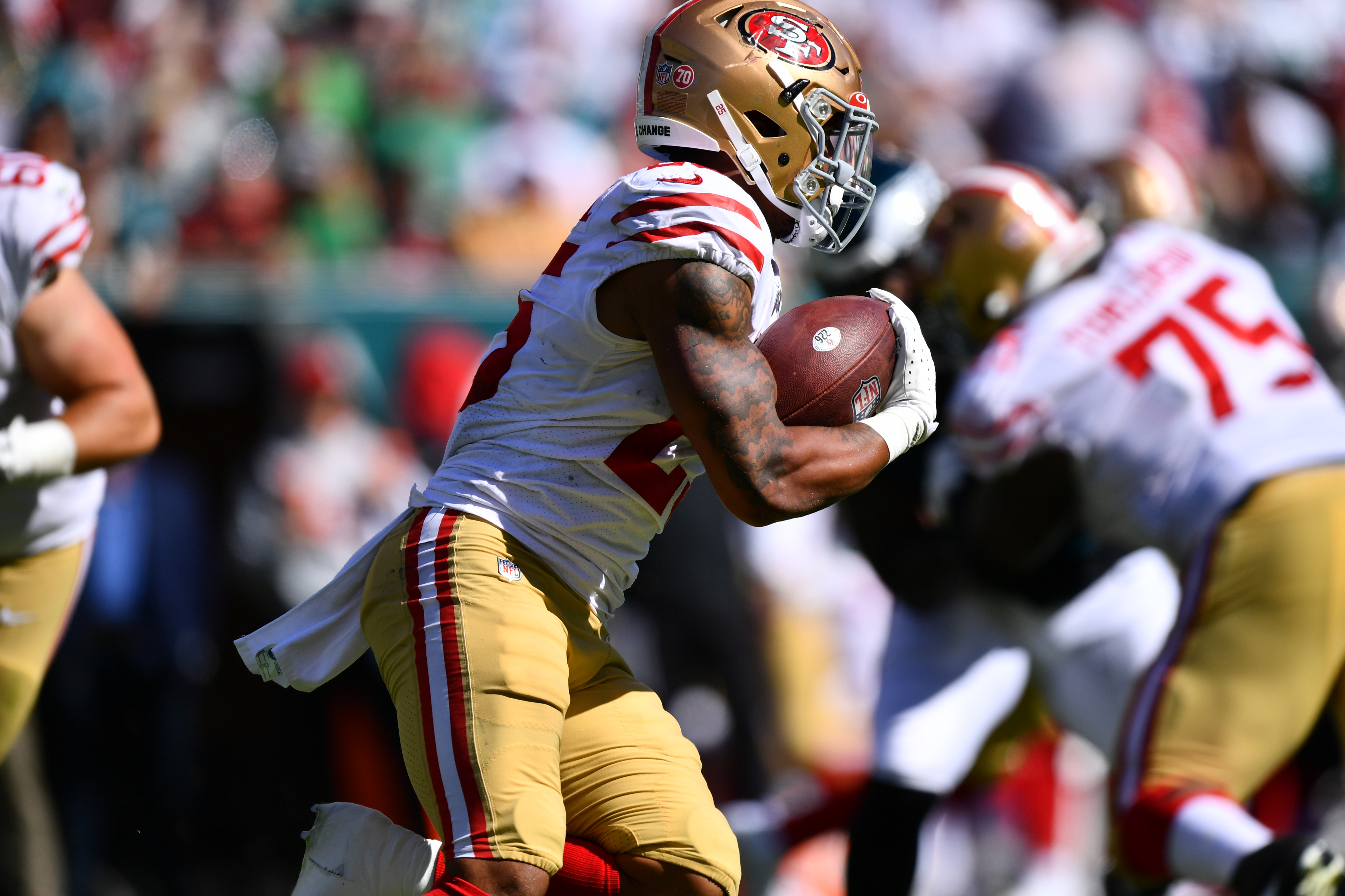 San Francisco 49ers RB Elijah Mitchell (25) carries the ball in the second half during the game between the San Francisco 49ers and Philadelphia Eagles on September 19, 2021 at Lincoln Financial Field in Philadelphia, PA.