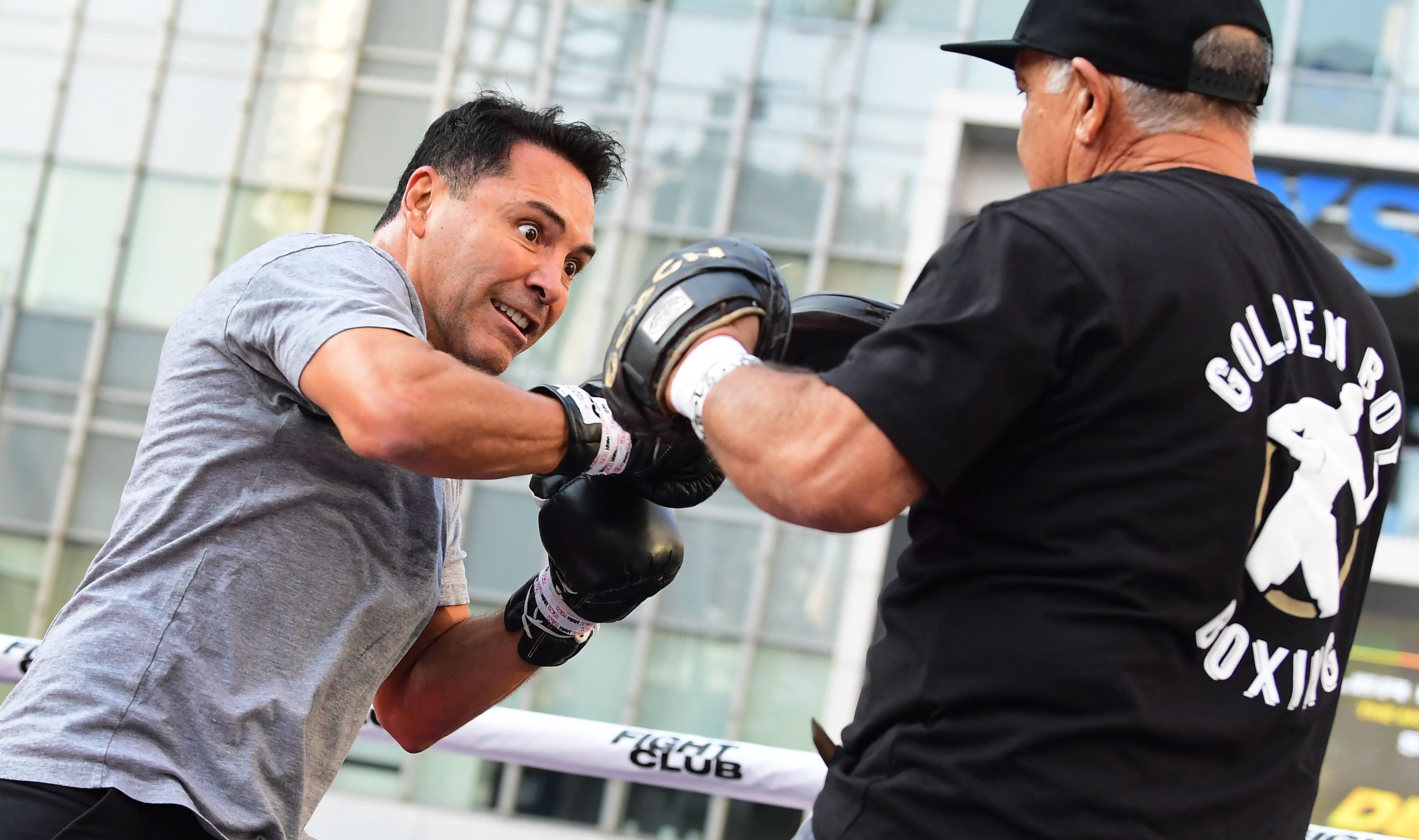De La Hoya hitting mits ahead of his cancelled PPV bout against Vitor Belfort.
