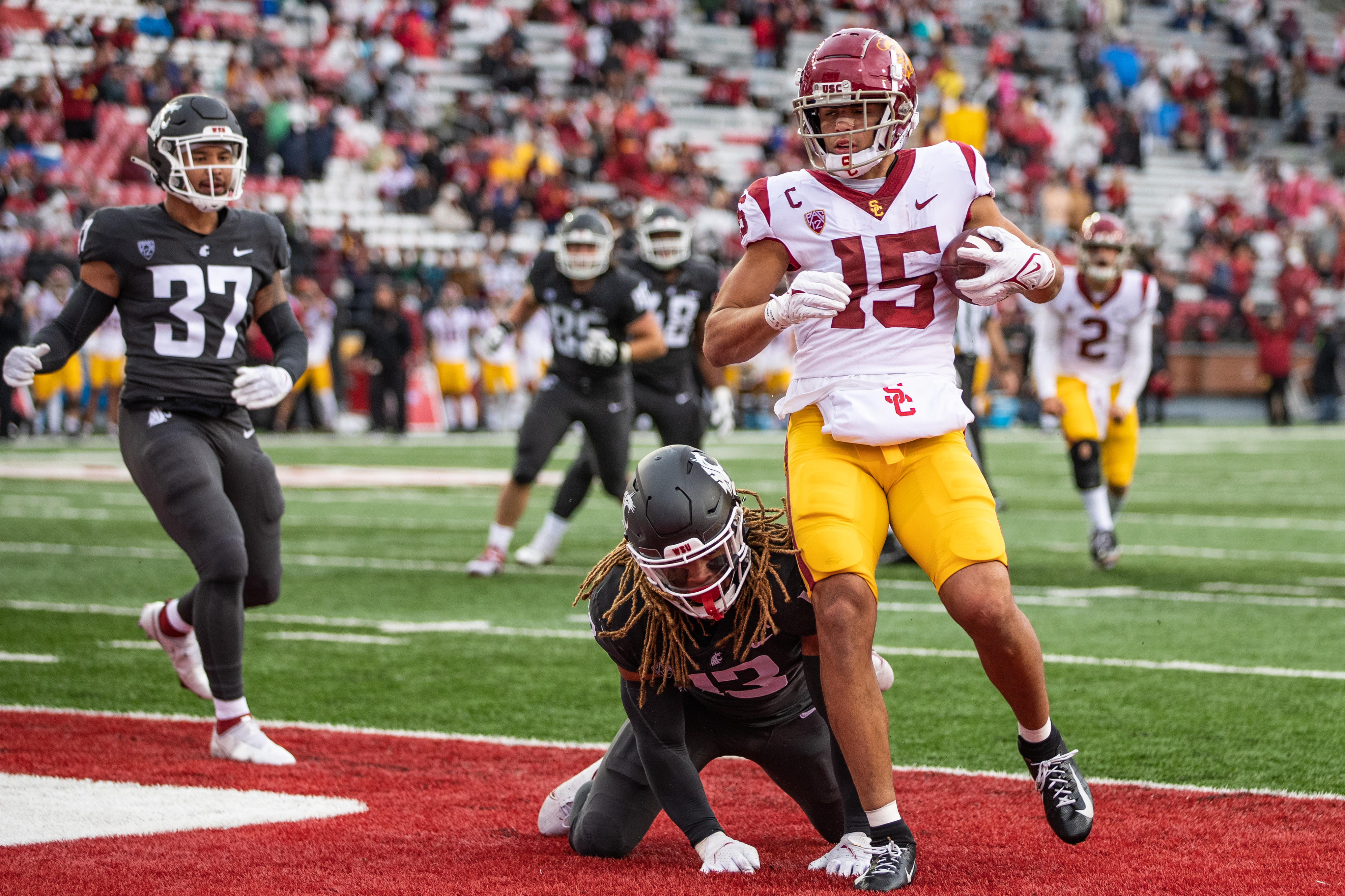 PULLMAN, WA - SEPTEMBER 18: USC receiver Drake London (15) scores a touchdown in the second half of a PAC 12 conference matchup between the USC Trojans and the Washington State Cougars on September 18, 2021, at Martin Stadium in Pullman, WA.