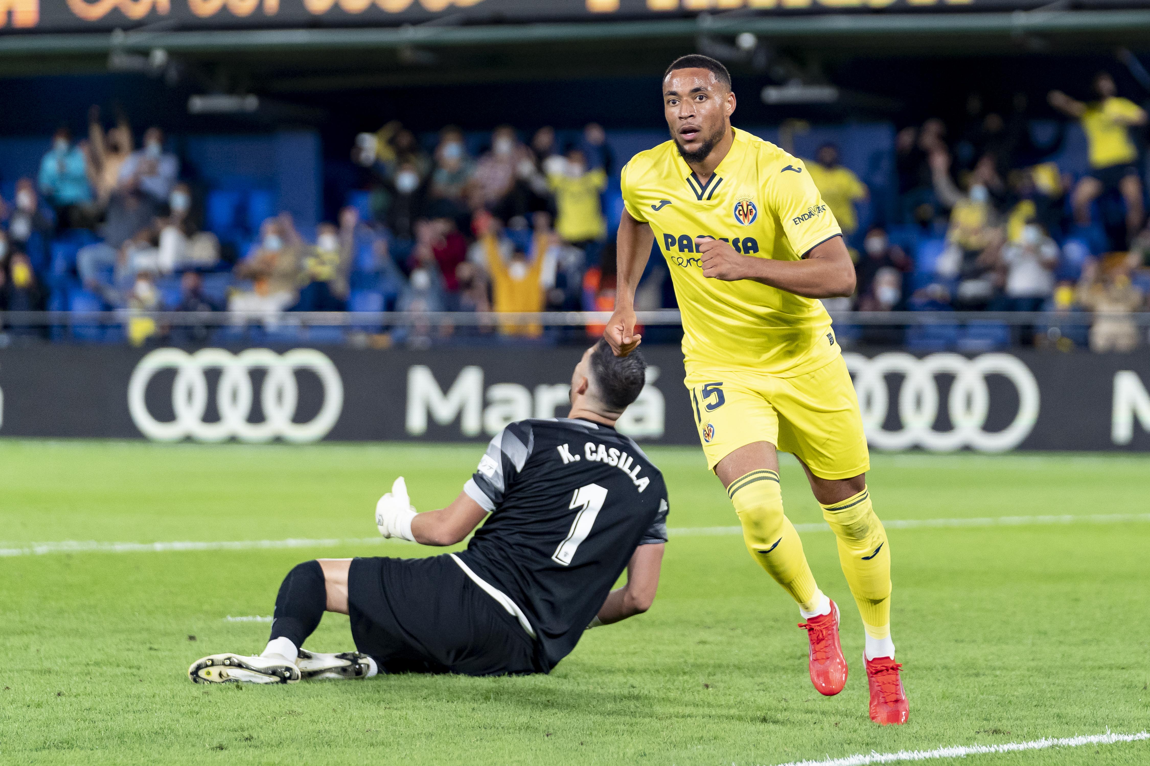 Arnaut Danjuma Groeneveld of Villarreal CF scores a goal...