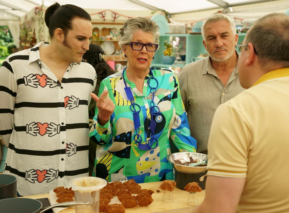 Noel, Prue, and Paul examine Jürgen's brandy snaps.