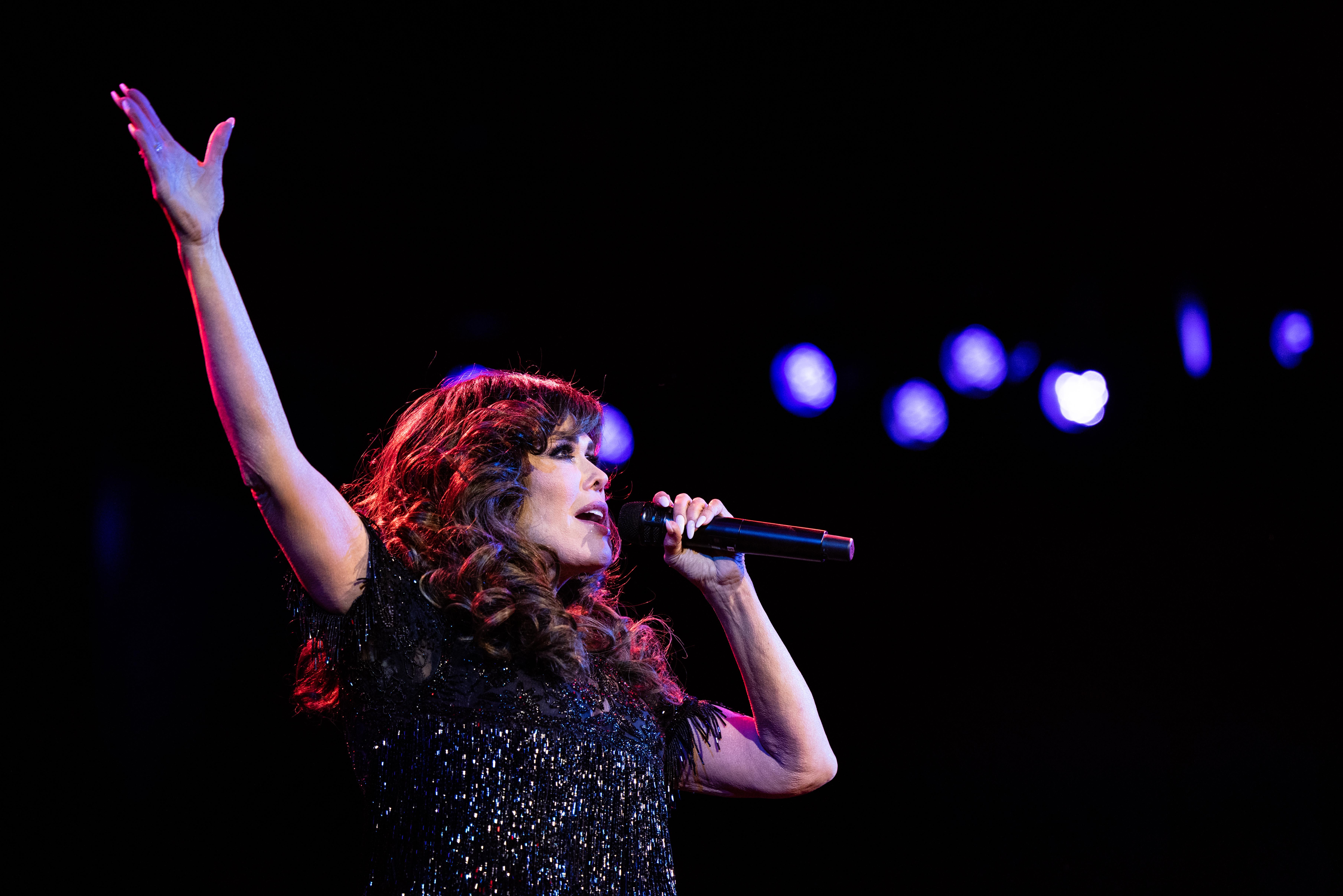 Marie Osmond sings on stage.