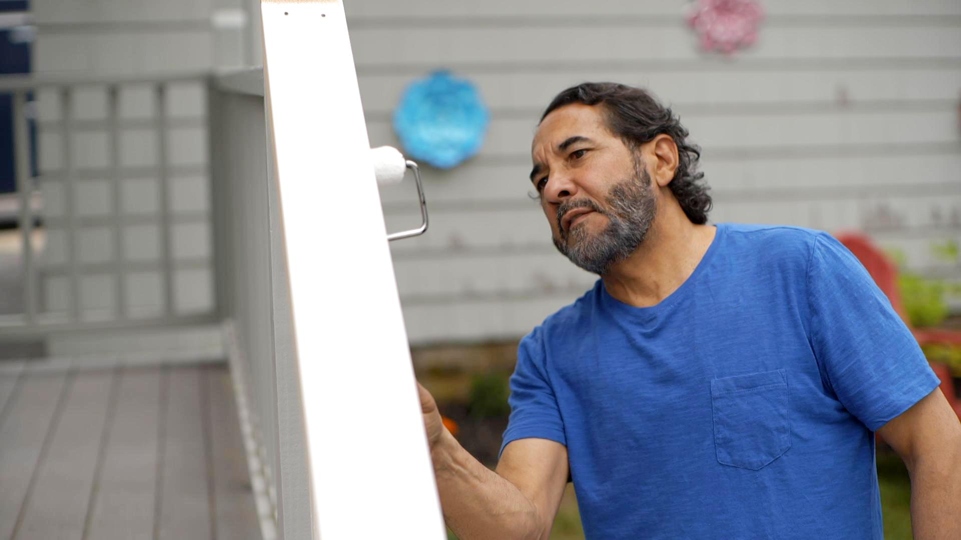 S20 E1, Mauro Henrique paints a deck rail