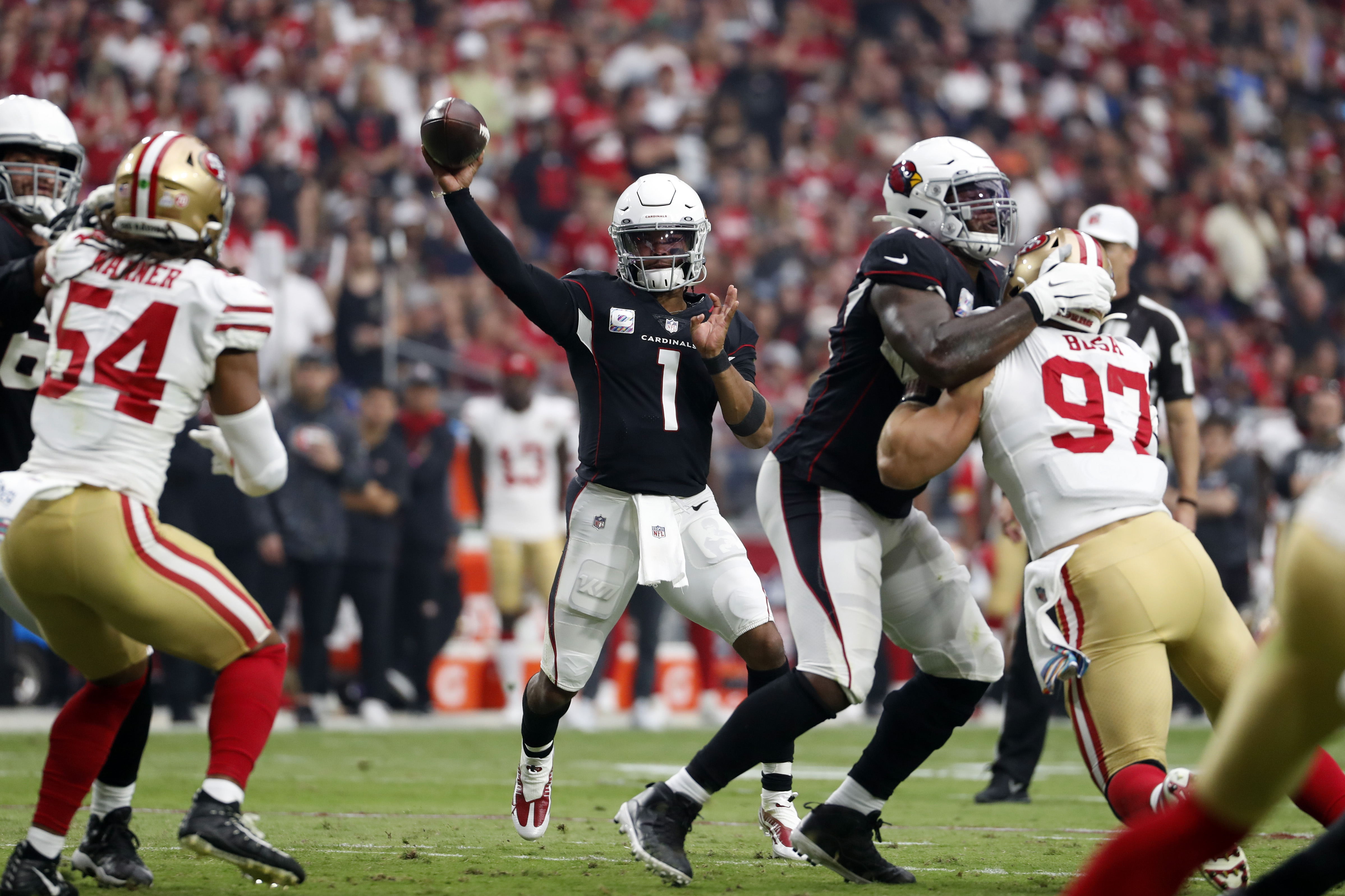 Arizona Cardinals quarterback Kyler Murray (1) throws a pass during the first half against the San Francisco 49ers at State Farm Stadium.