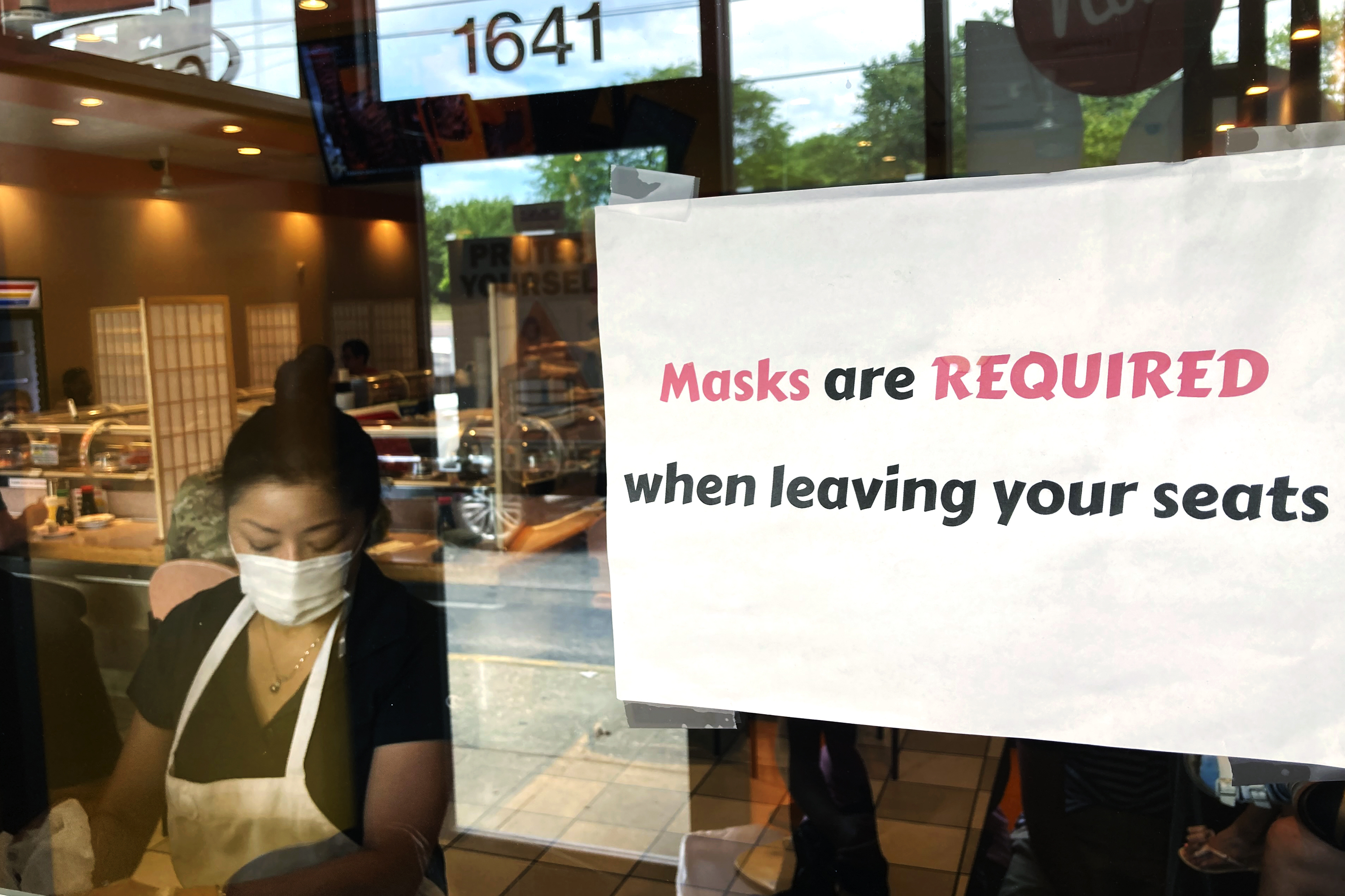 A sign at a restaurant in Rolling Meadows tells patrons marks are required.
