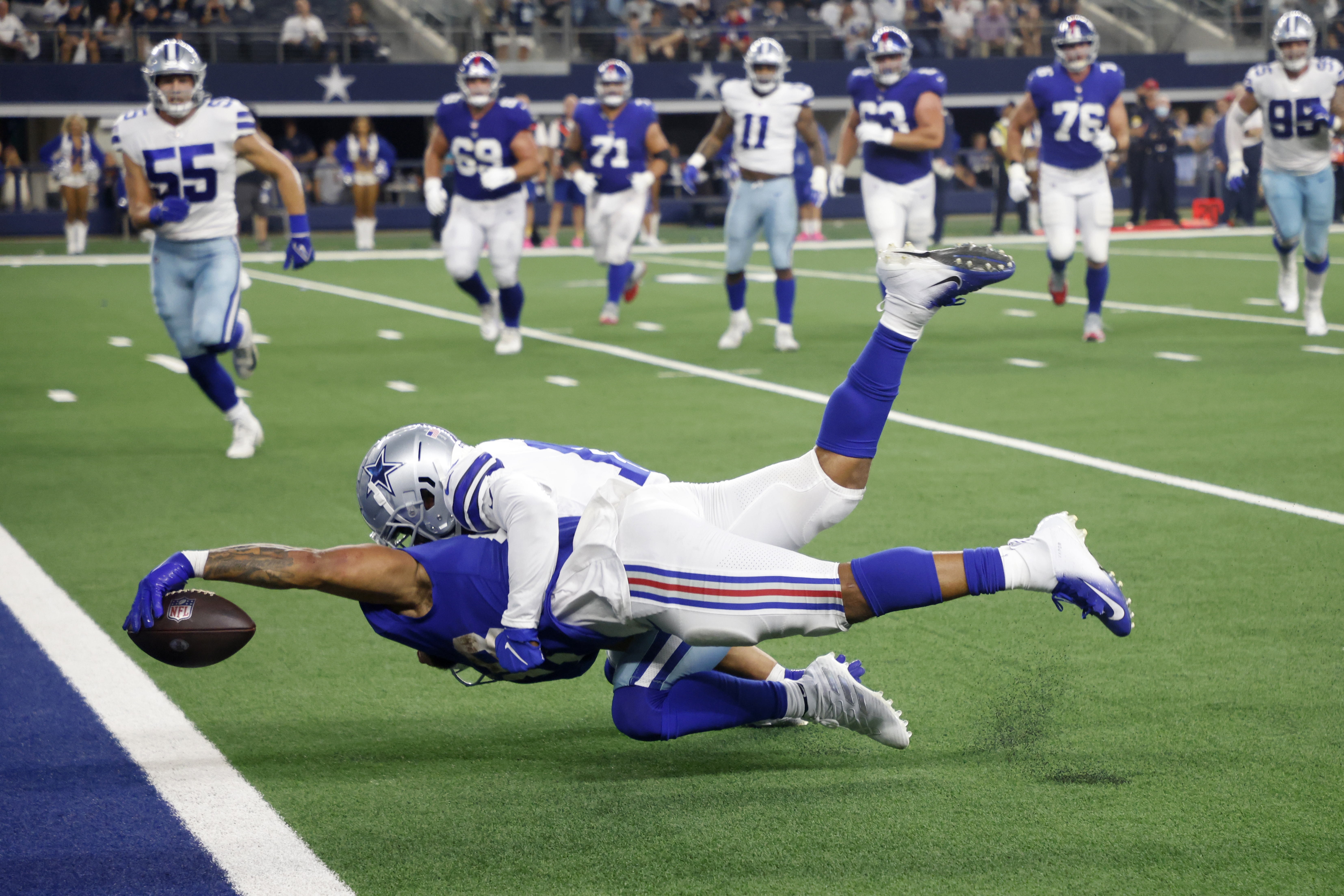 New York Giants running back Devontae Booker stretches to reach the end zone for a touchdown.