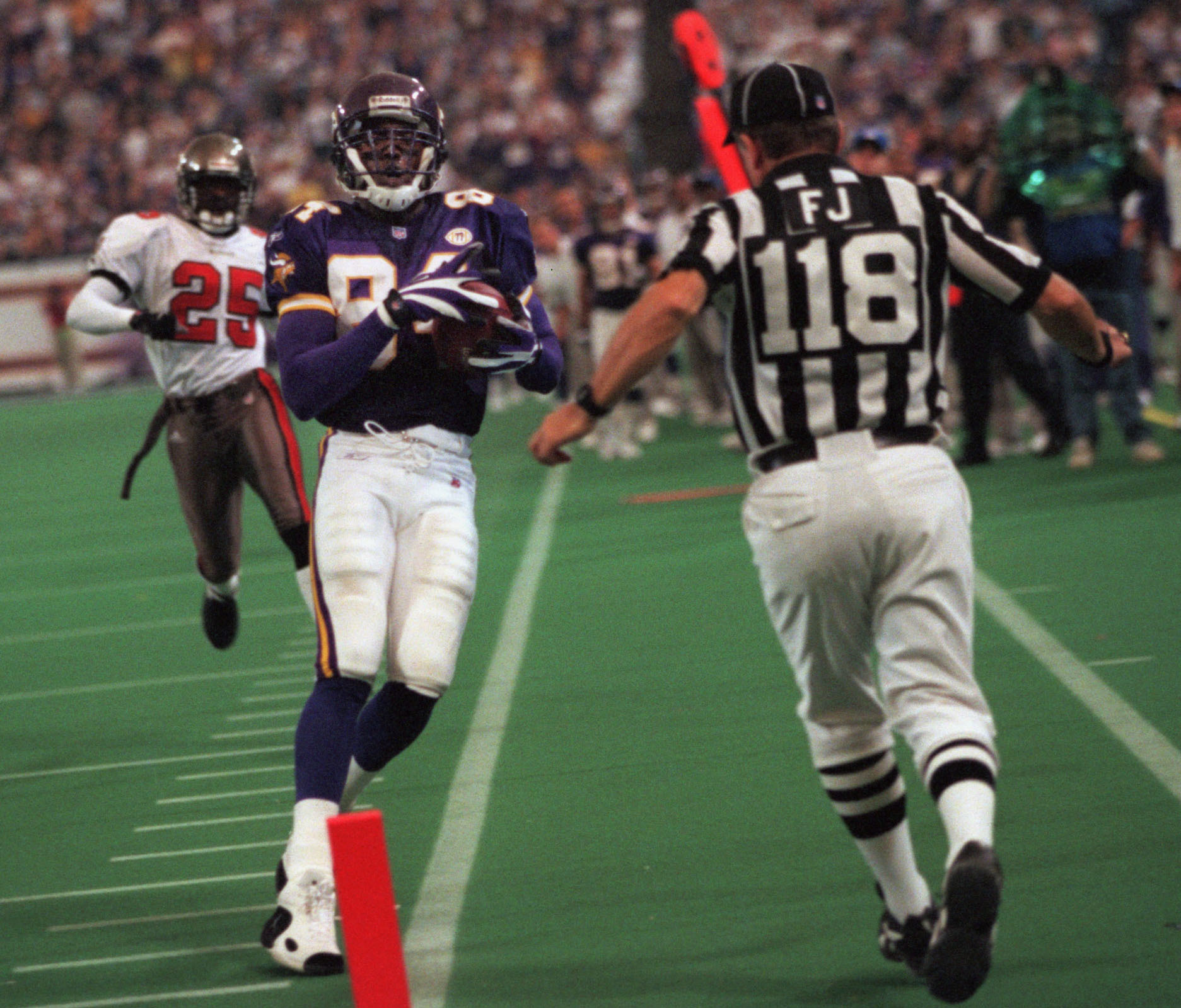 GENERAL INFORMATION: 10/1/01 - Minneapolis, MN Minnesota Vikings vs. Tampa bay at the Metrodome IN THIS PHOTO: Randy Moss makes a thirty-nine yard reception during the third quarter. The Vikings scored a tocuhdown several plays later, but it was null