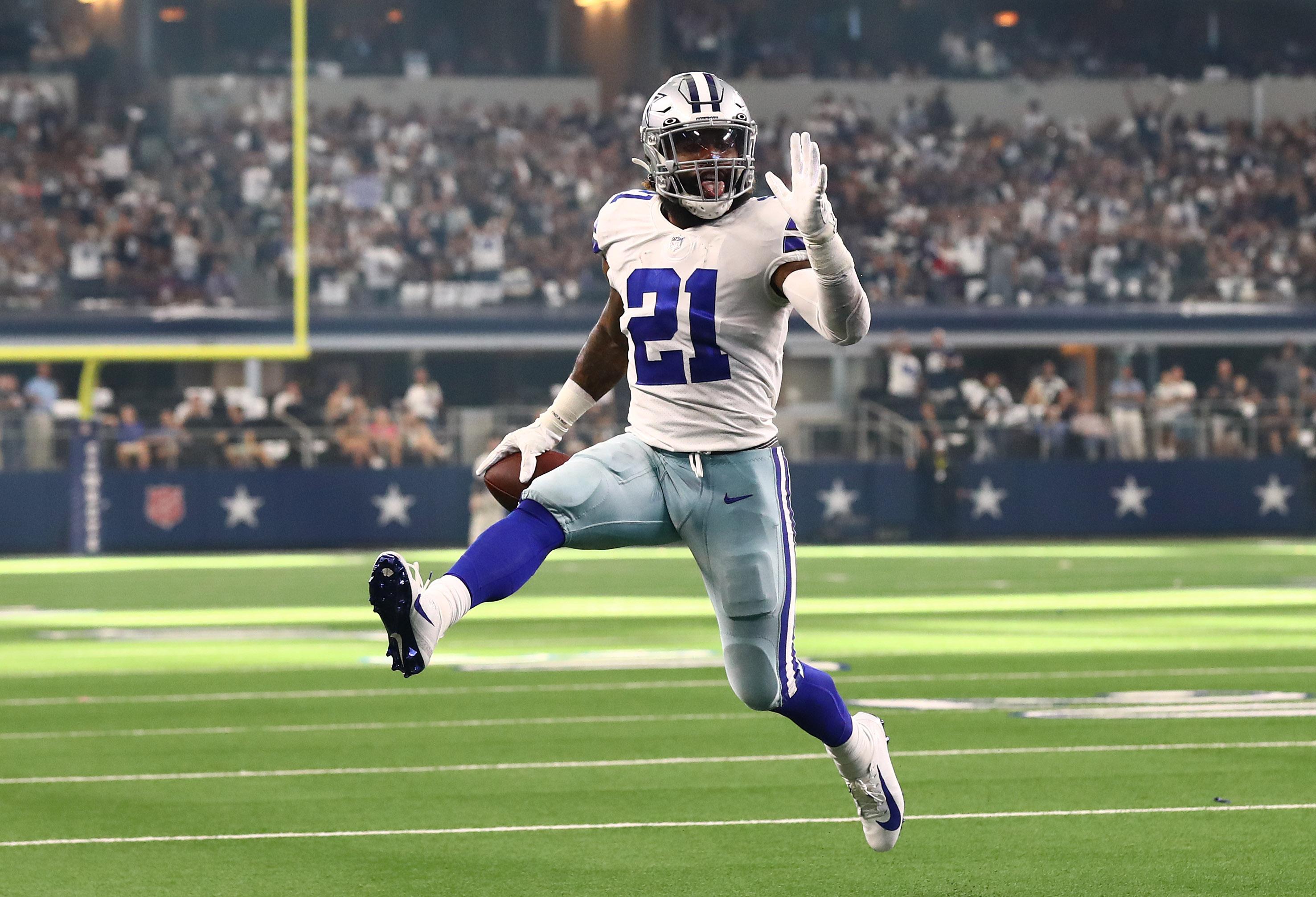 Dallas Cowboys running back Ezekiel Elliott (21) high steps as he scores a third quarter touchdown against the New York Giants at AT&T Stadium.